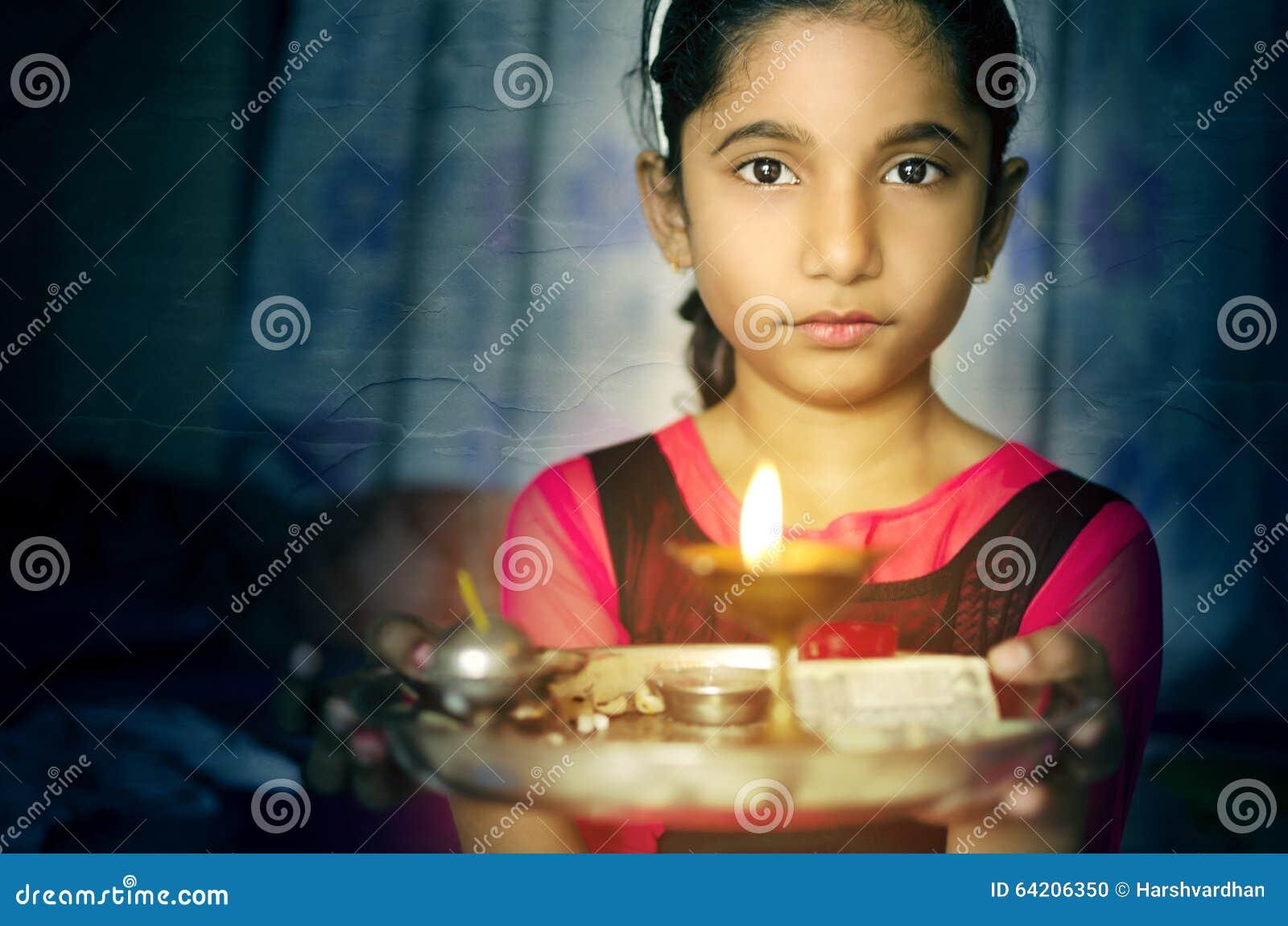 Retrato del niño de la muchacha que lleva a cabo dar la bienvenida de la placa del rezo