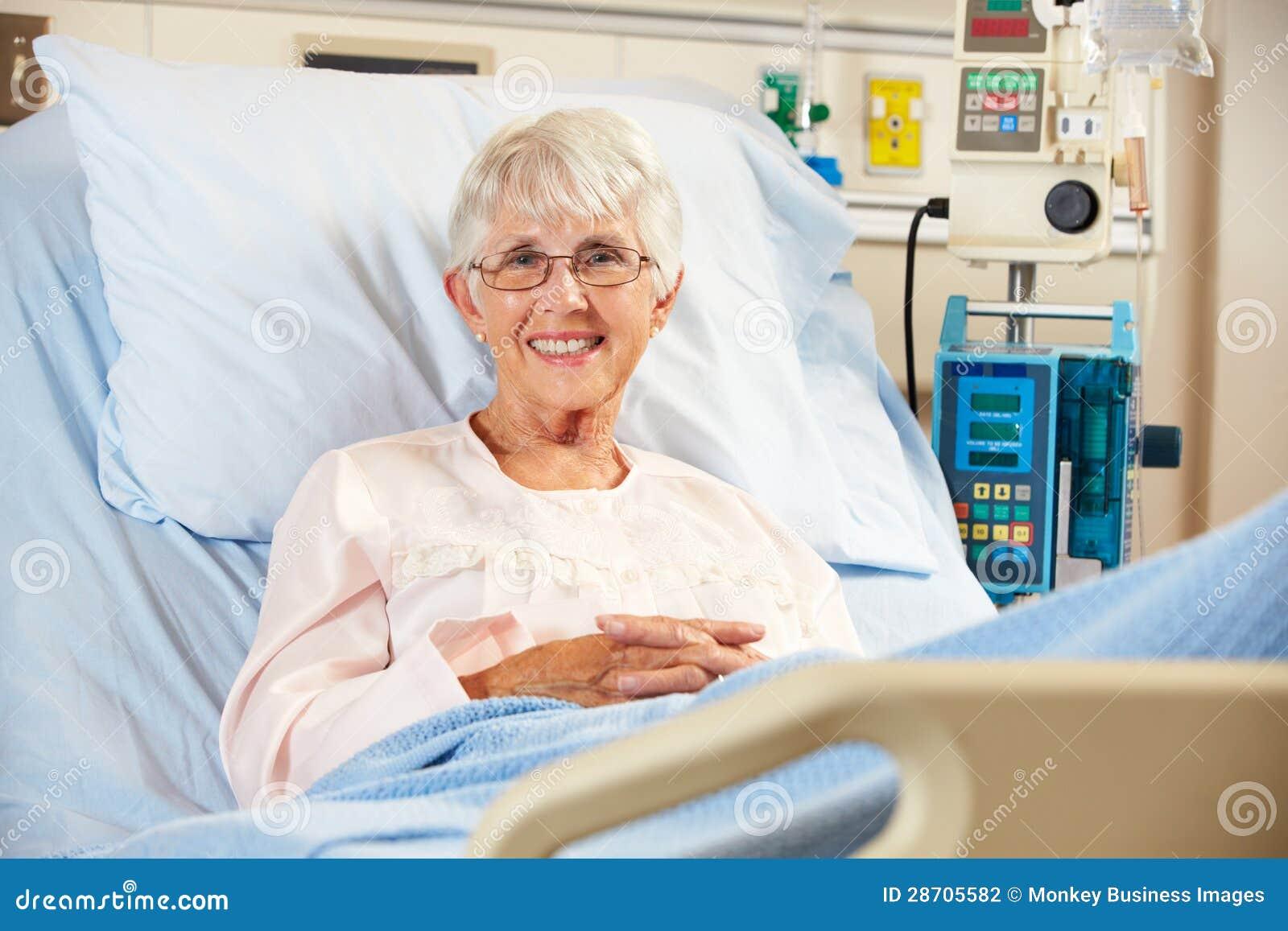 Retrato del paciente femenino mayor que se relaja en cama de hospital