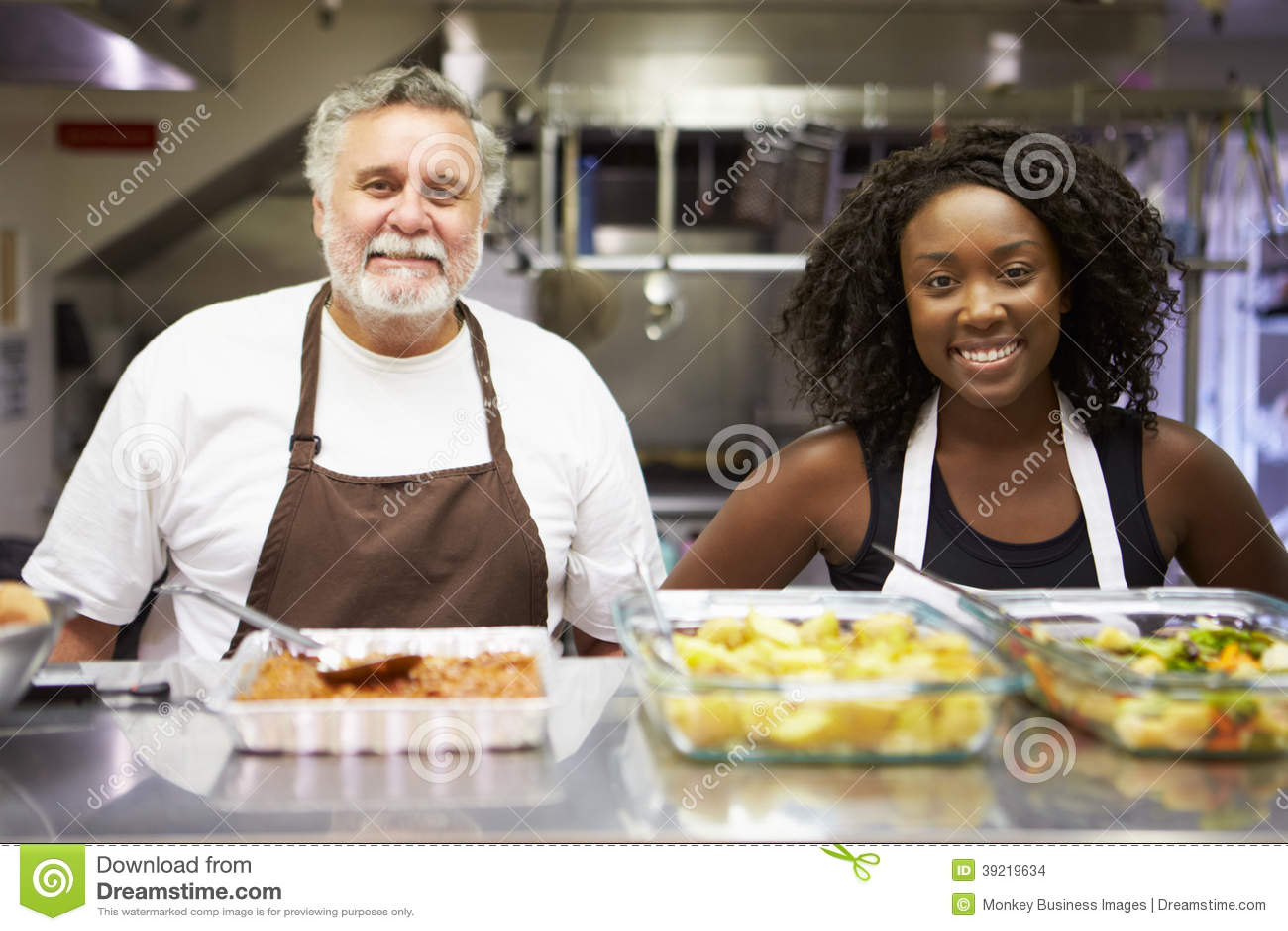 Retrato del personal de la cocina en refugio para personas sin techo