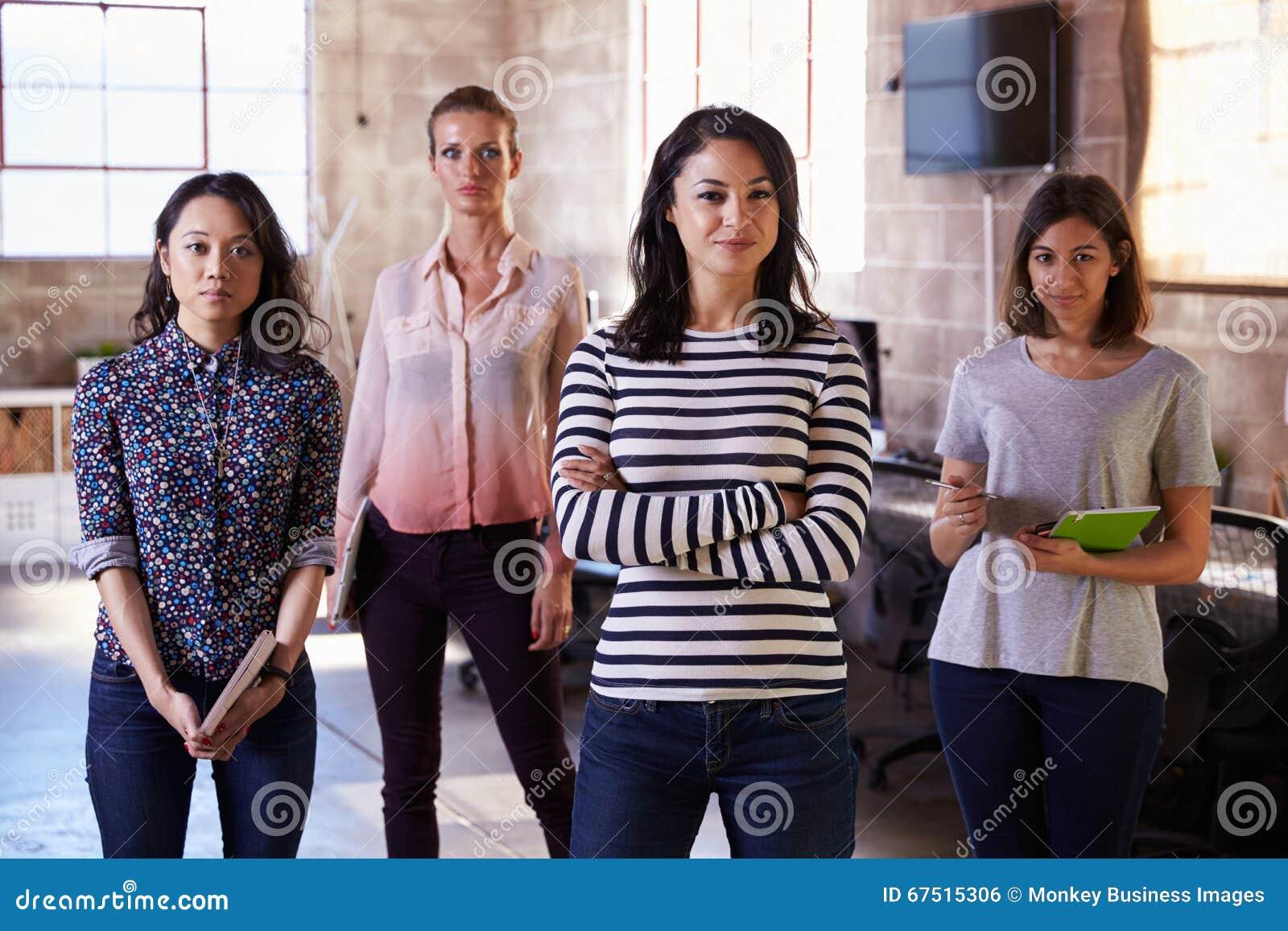 Retrato del personal femenino que se coloca en oficina conceptora moderna