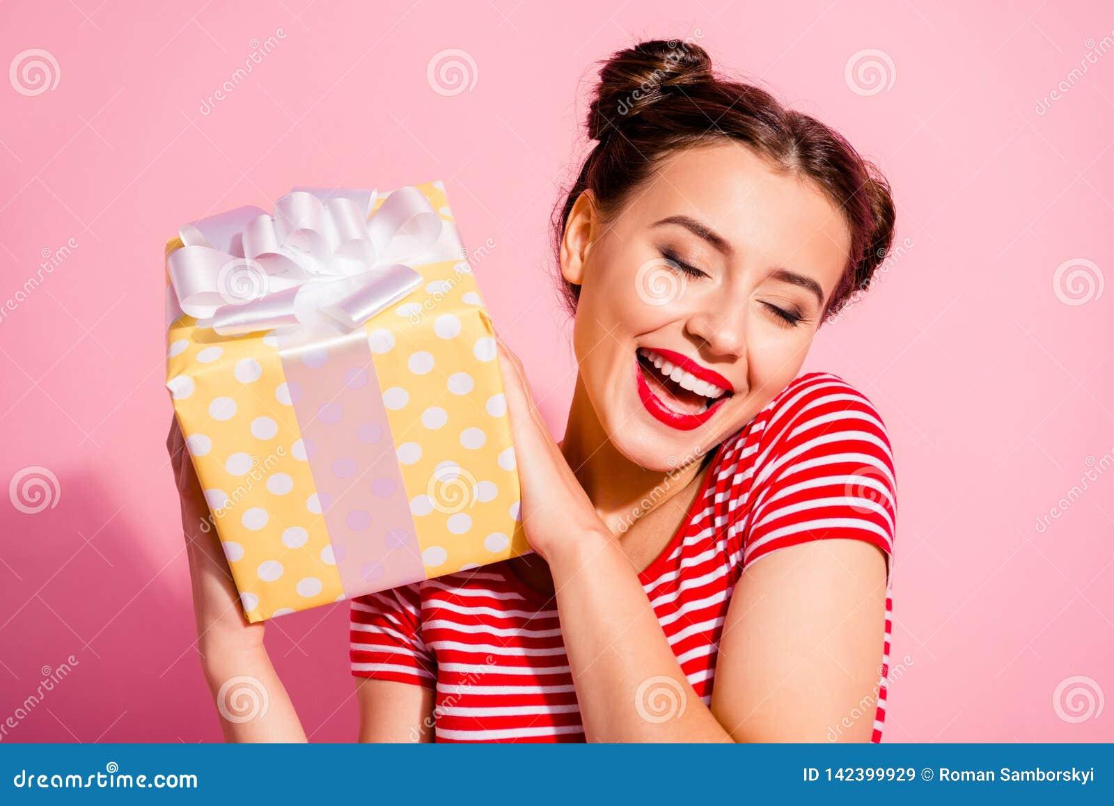 Retrato del primer de ella ella muchacha alegre alegre del contenido precioso agradable atractivo atractivo encantador lindo agra