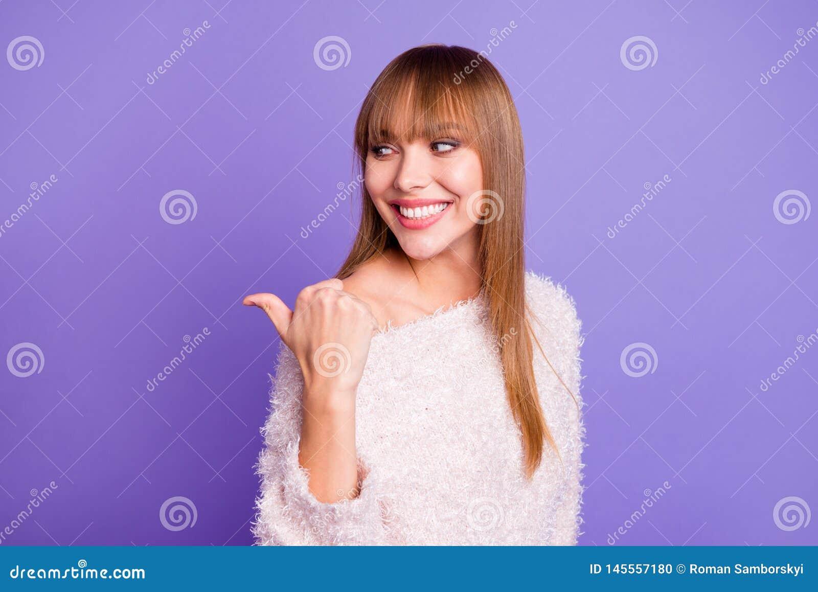 Retrato del primer de ella ella señora recto-cabelluda alegre alegre preciosa atractiva agradable atractiva que muestra el pulgar