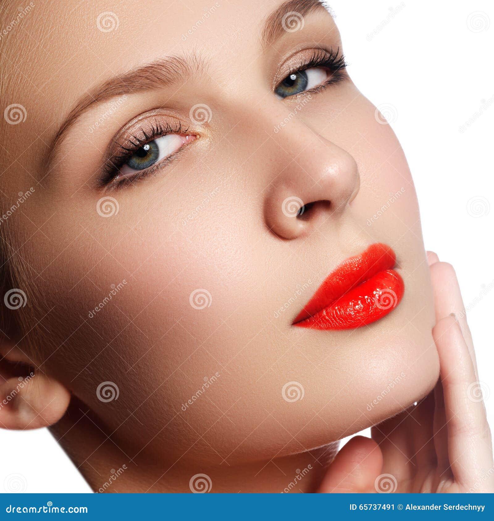 Retrato del primer de la cara de la pureza de la mujer hermosa con r brillante