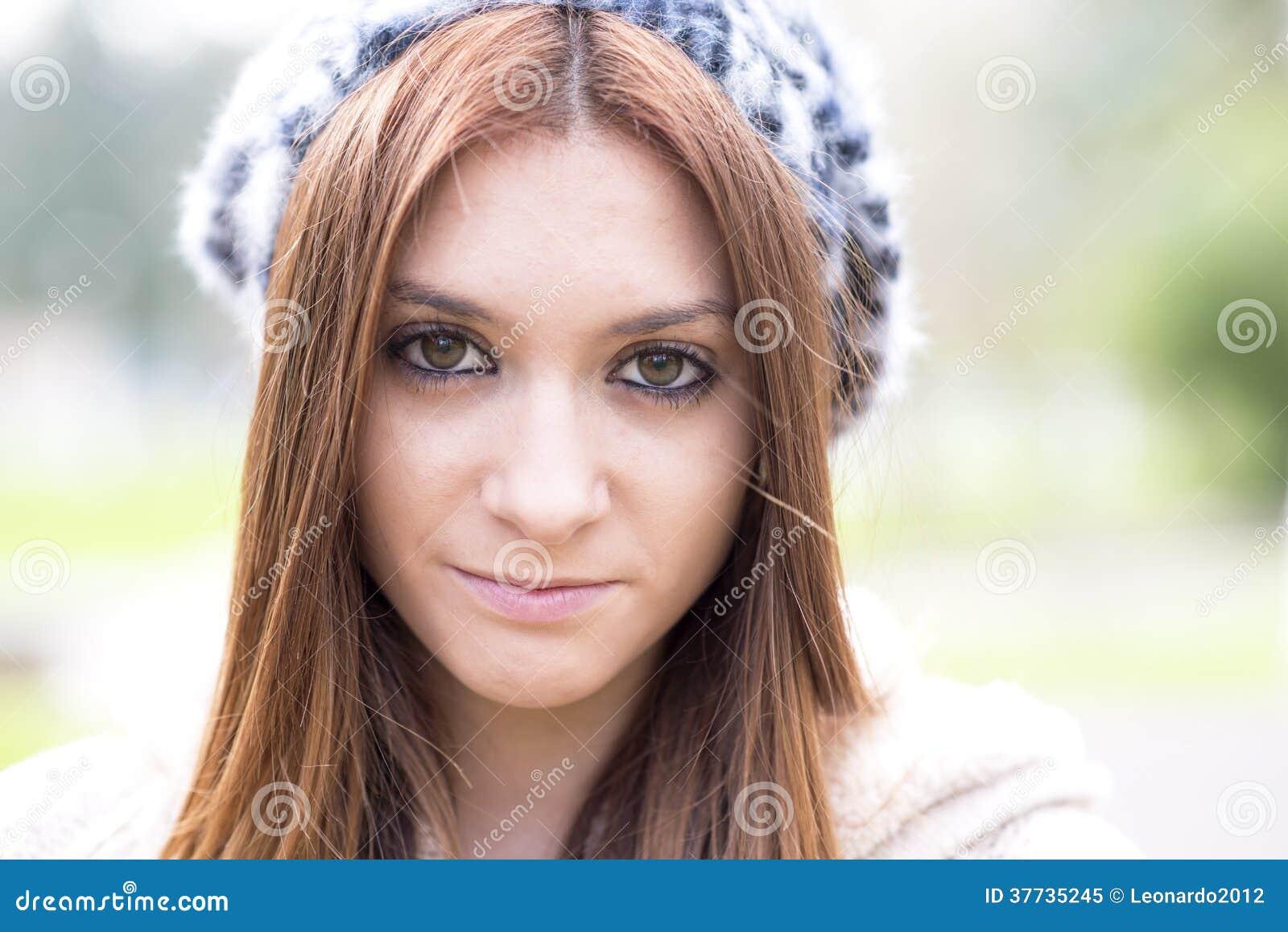 Retrato del primer de la chica joven atractiva con el capo.