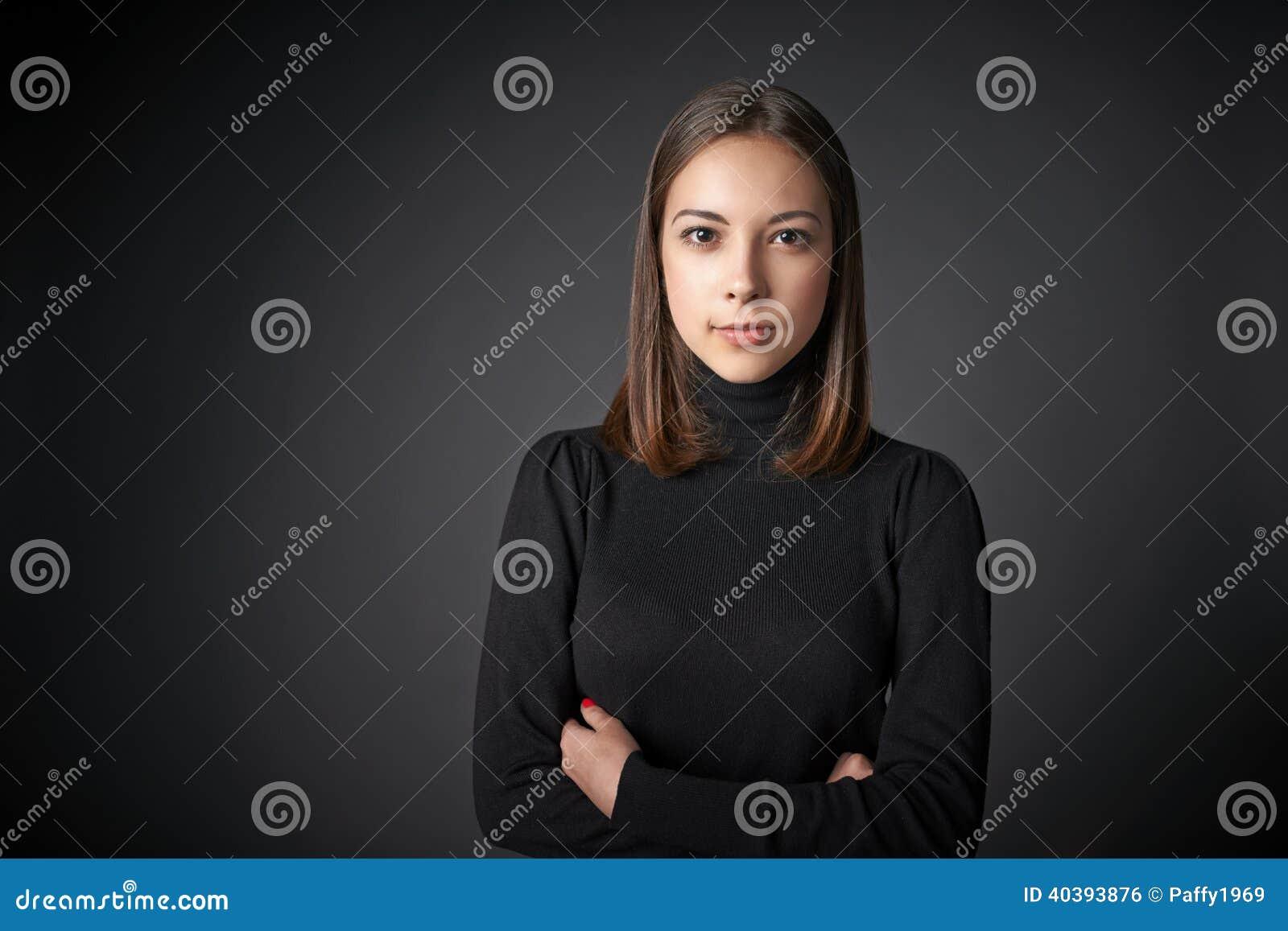 Retrato del primer de la hembra joven en jersey negro