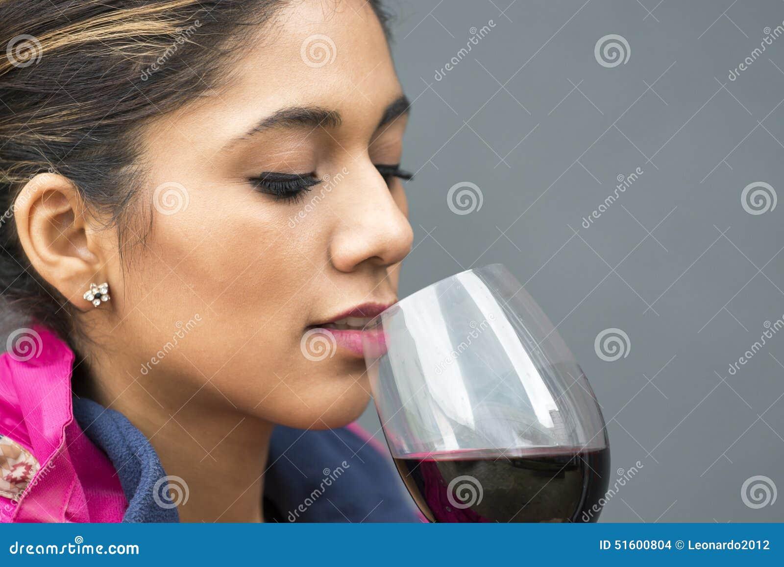 Retrato del primer de la mujer hermosa con la copa de vino roja
