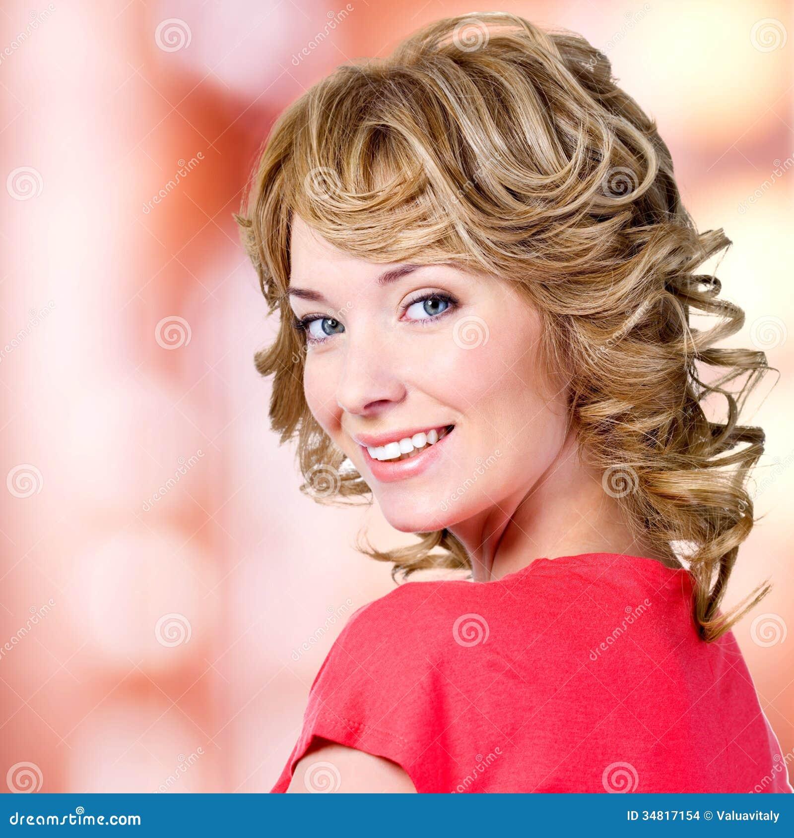 Retrato del primer de la mujer rubia feliz