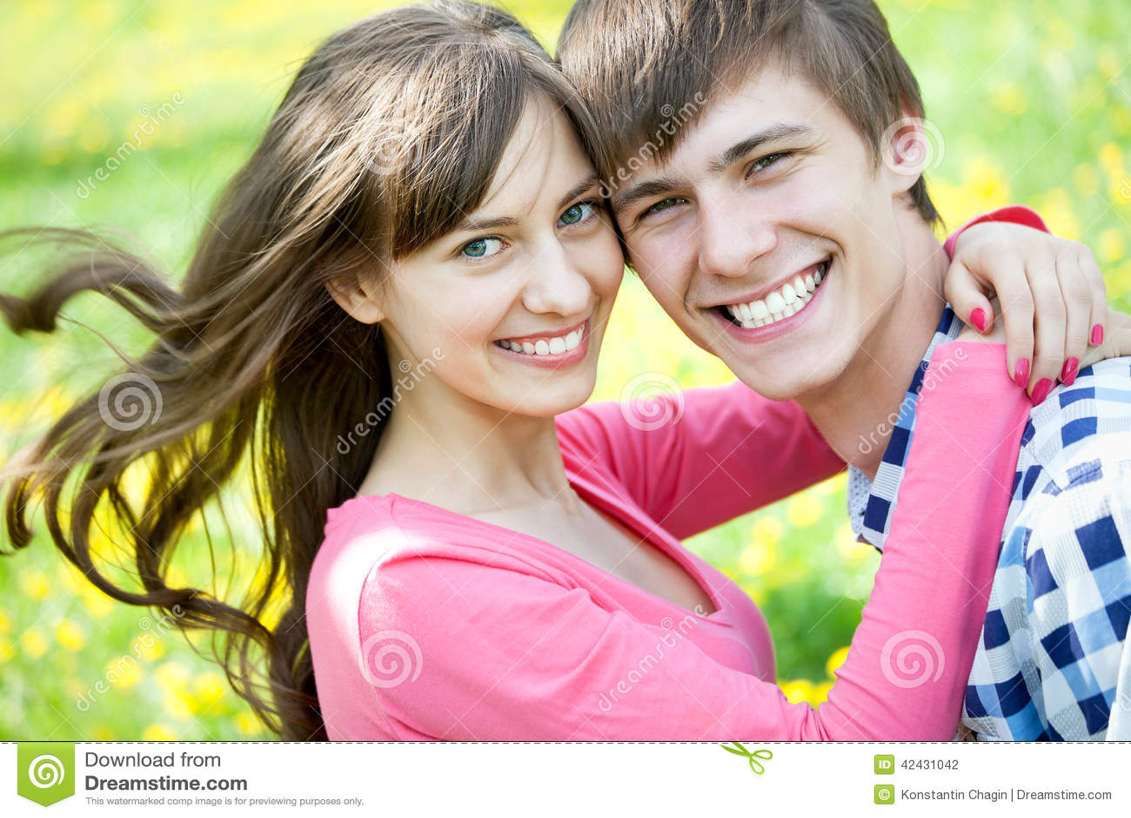 Retrato del primer de pares jovenes sonrientes