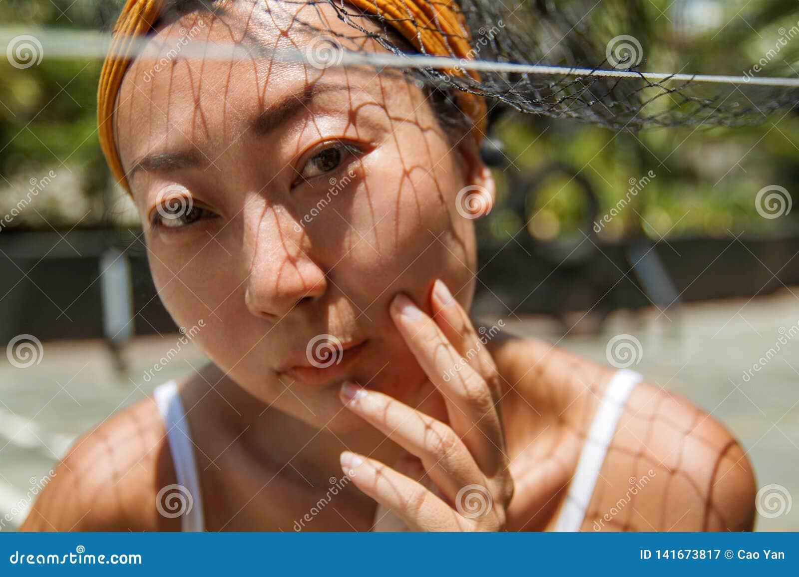 Retrato del primer de un modelo asiático joven al aire libre