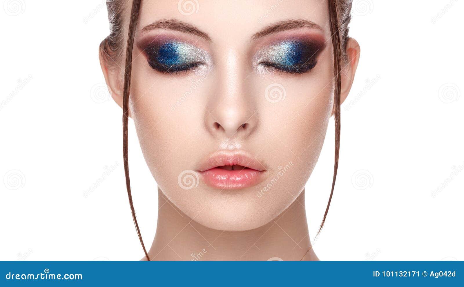 Retrato del primer de un modelo joven hermoso con maquillaje atractivo hermoso, del efecto mojado sobre su cara y del cuerpo, ret