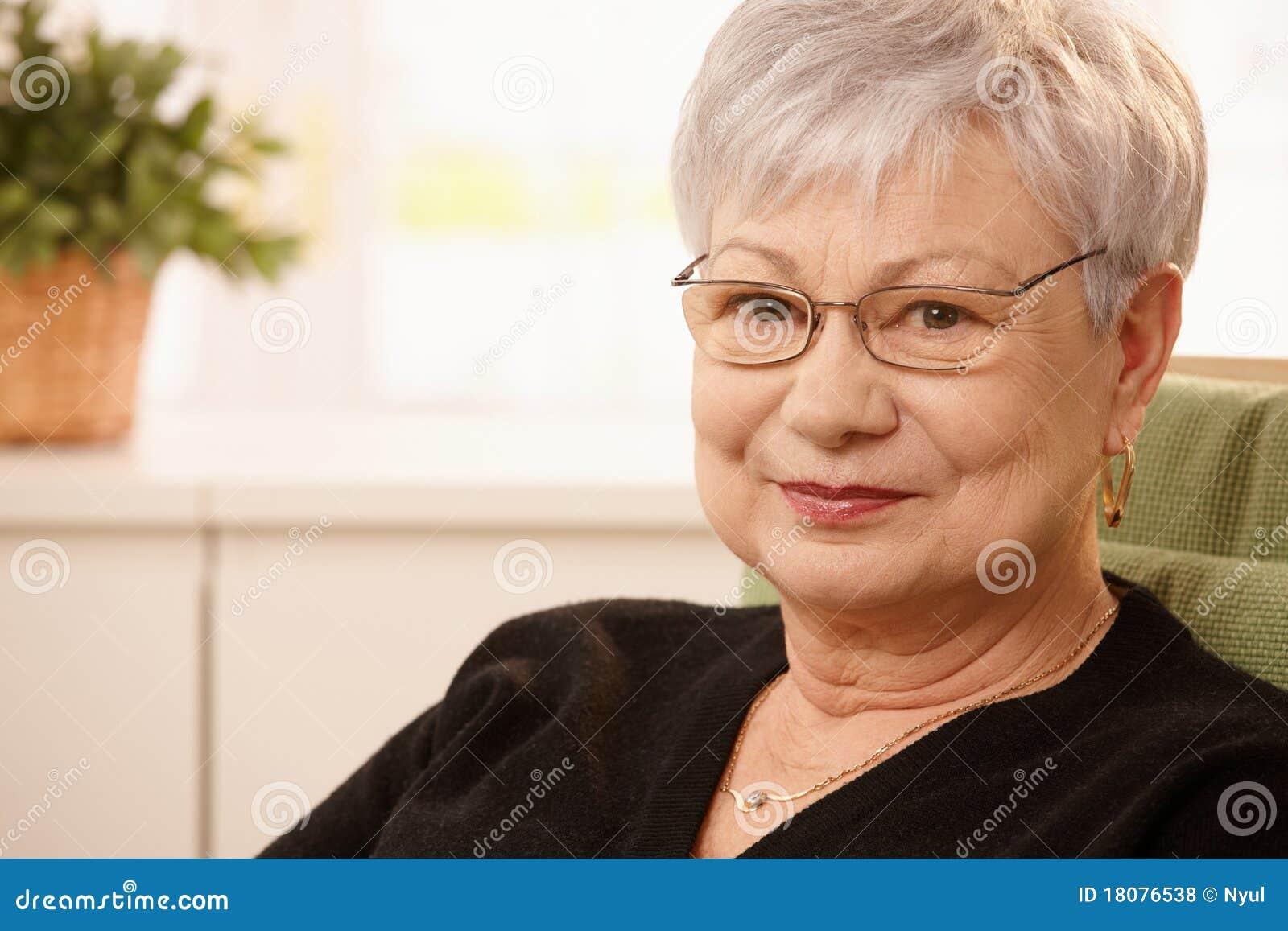 Retrato del primer de una más vieja mujer
