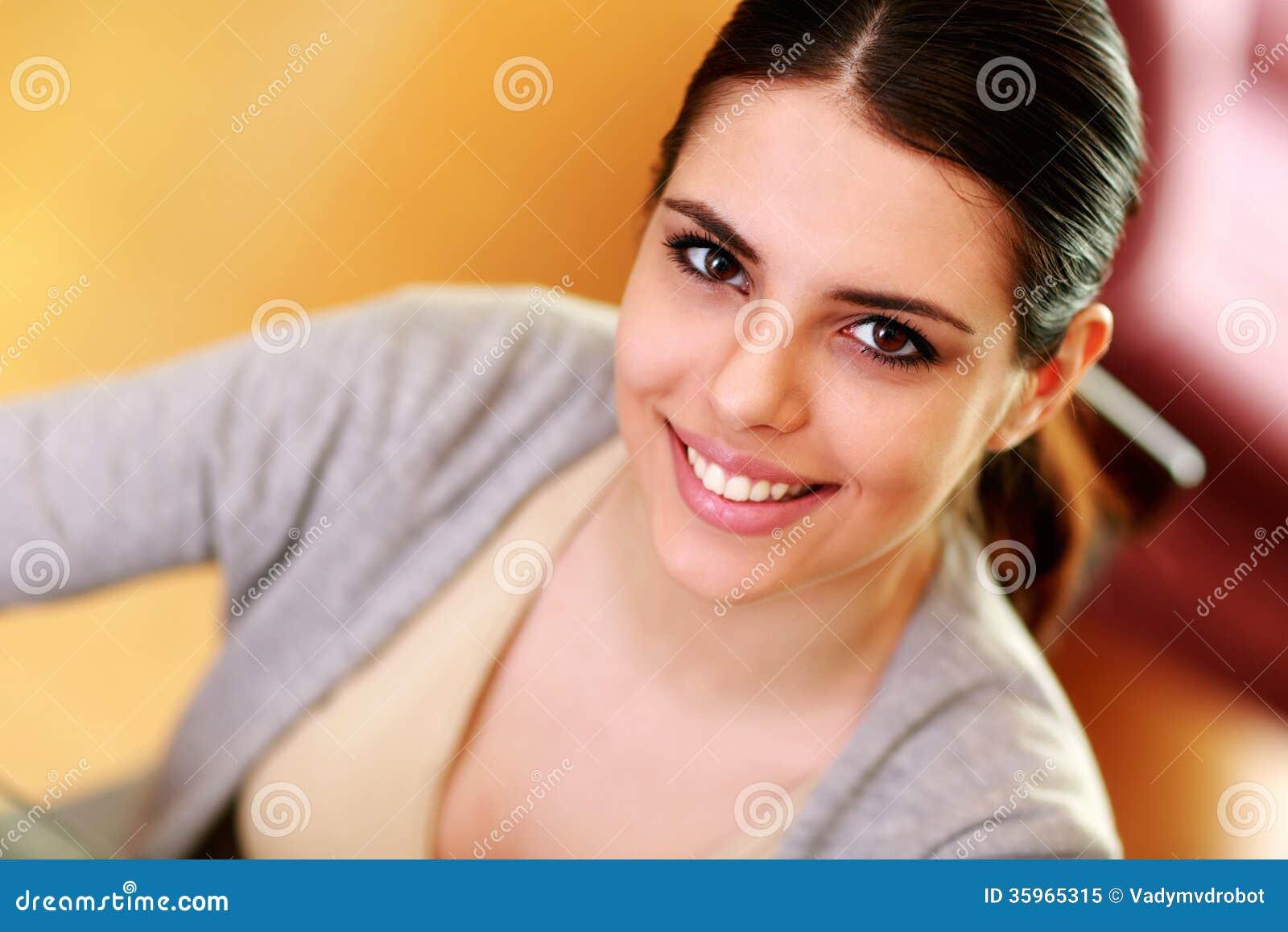 Retrato del primer de una mujer feliz joven