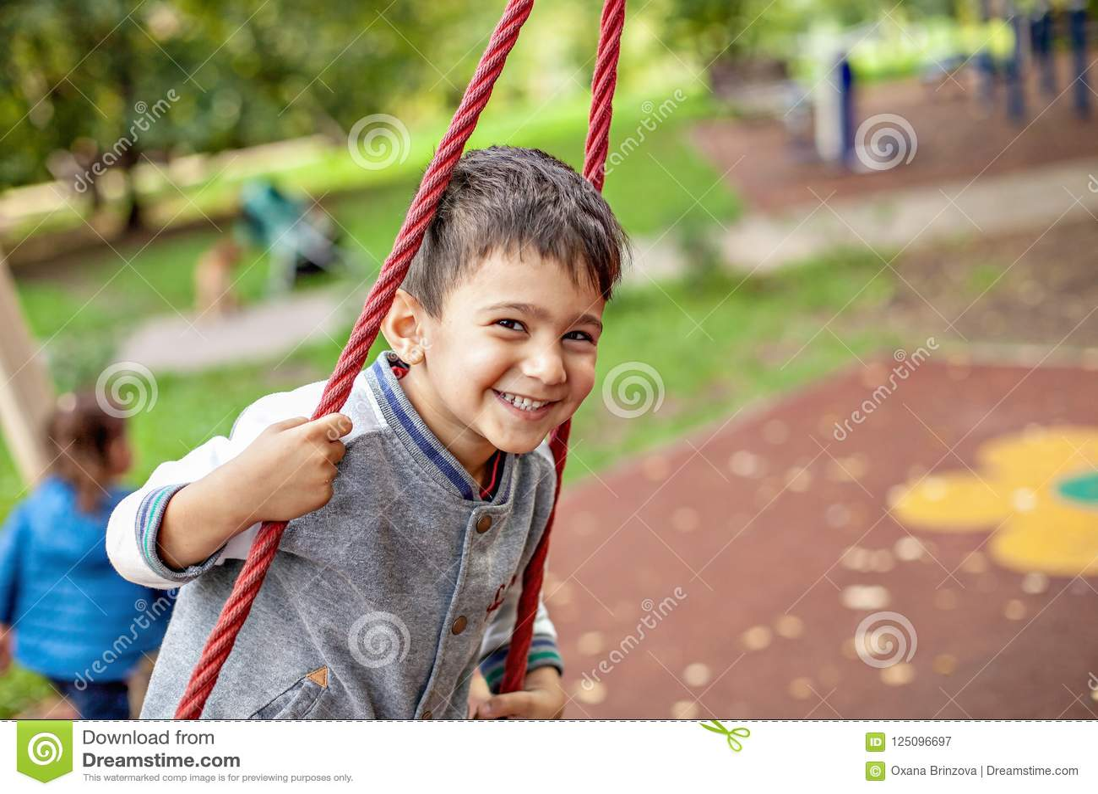 Retrato del primer del niño pequeño sonriente feliz