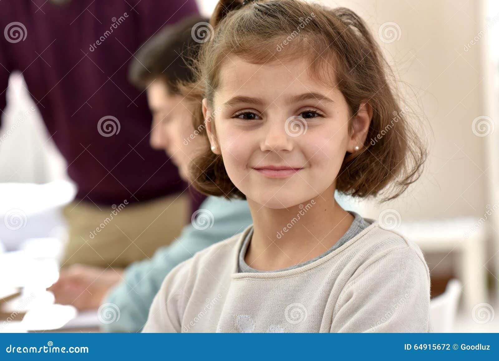 Retrato del schoogirl sonriente en la clase