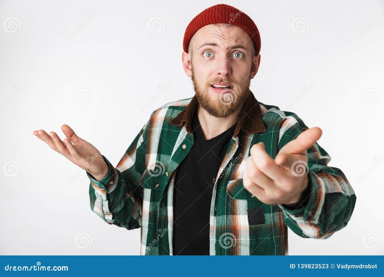 Retrato del sombrero desconcertado del individuo barbudo y de la camisa de tela escocesa que llevan que se preguntan, mientras qu