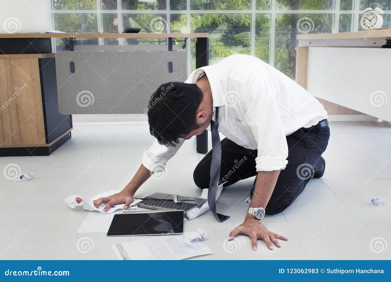 Retrato del trabajador 20-30 años El hombre de negocios de Yong subrayó