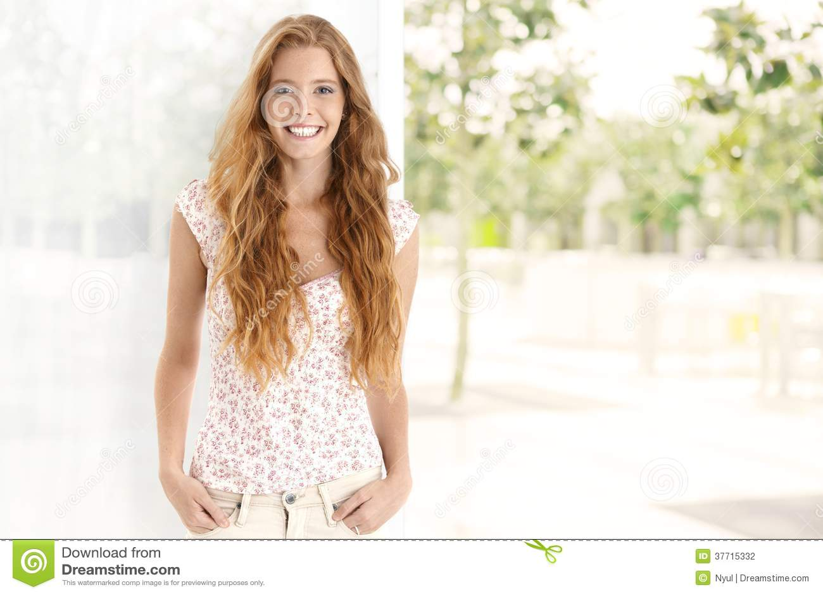 Retrato del verano de la mujer feliz del jengibre