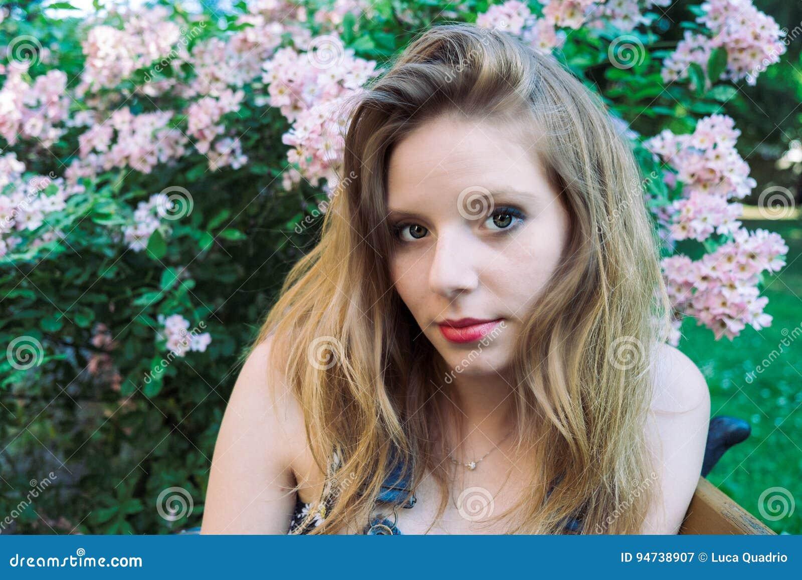Retrato del verano de un modelo