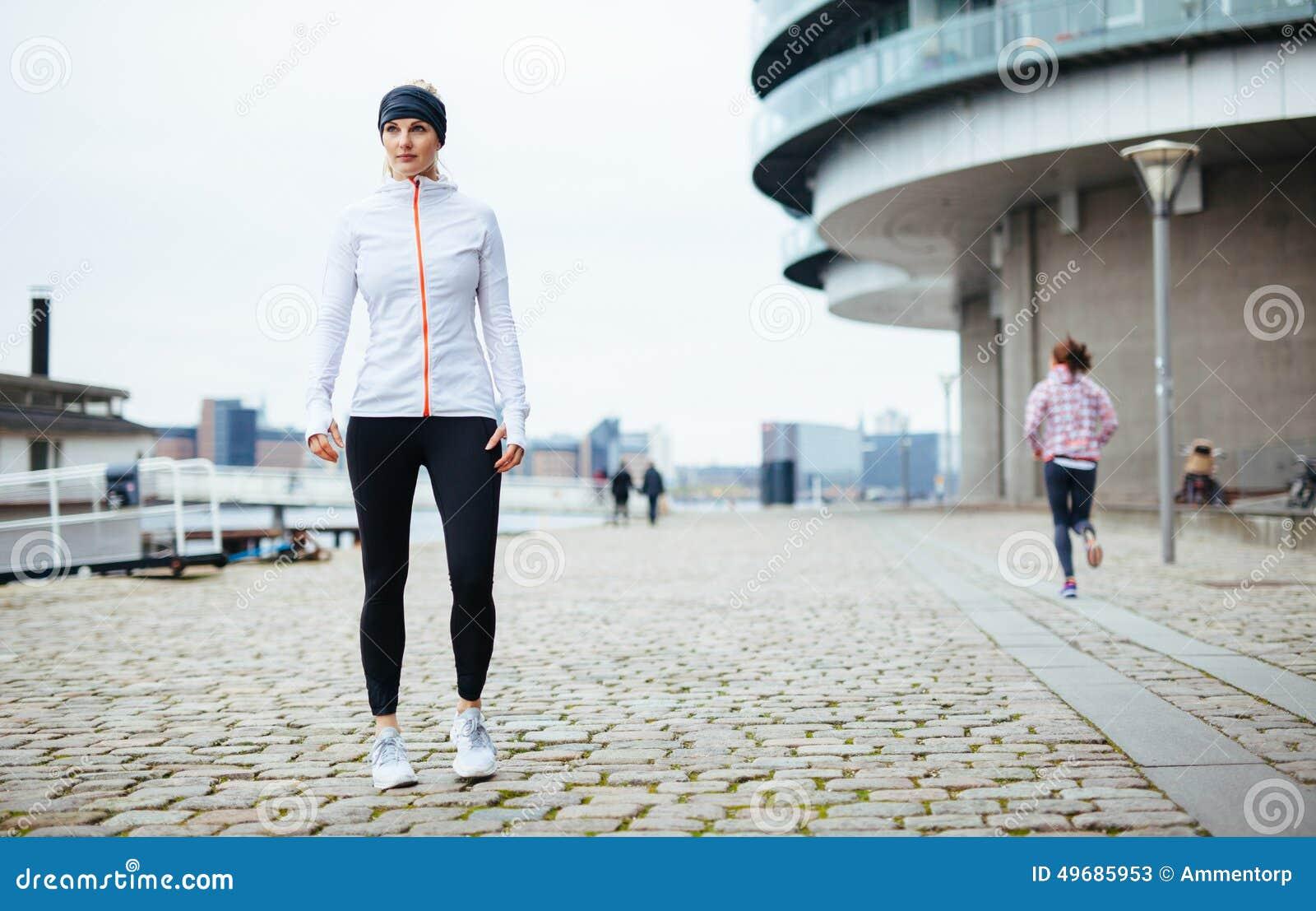 Retrato desportivo bonito da mulher