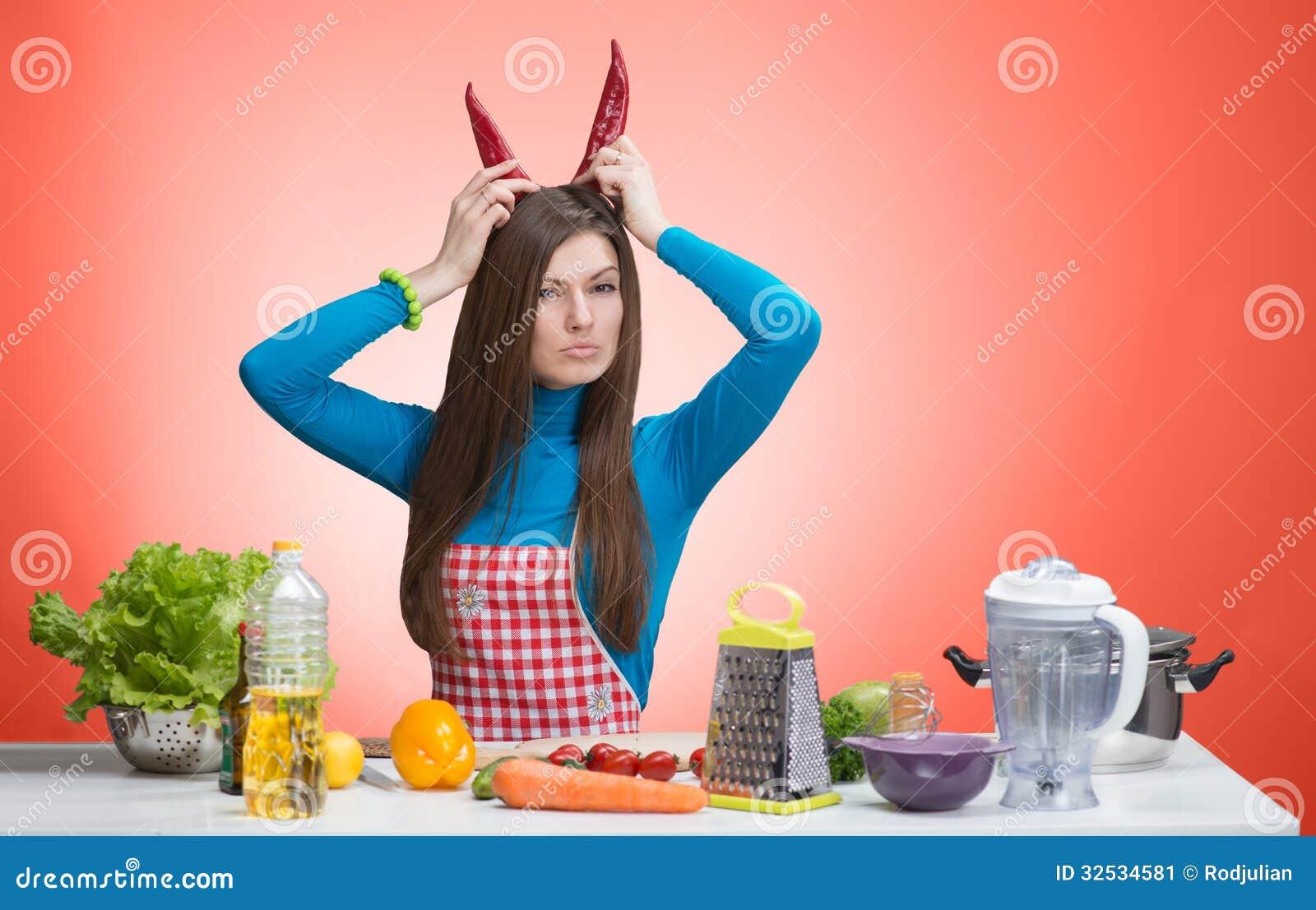 Retrato divertido de una mujer enojada en la cocina