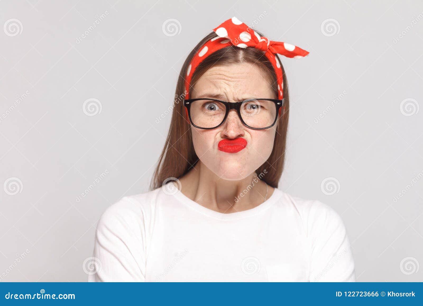 Retrato divertido preguntado loco de la mujer joven emocional hermosa