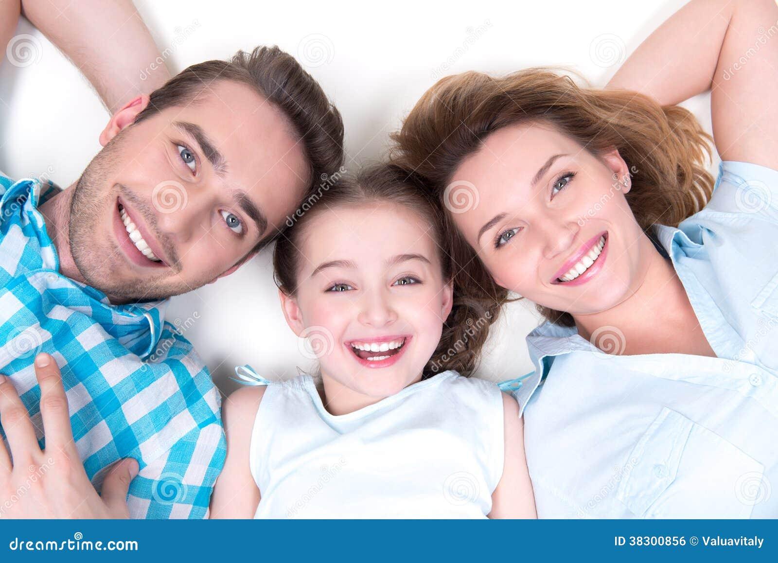 Retrato do ângulo alto da família nova de sorriso feliz caucasiano