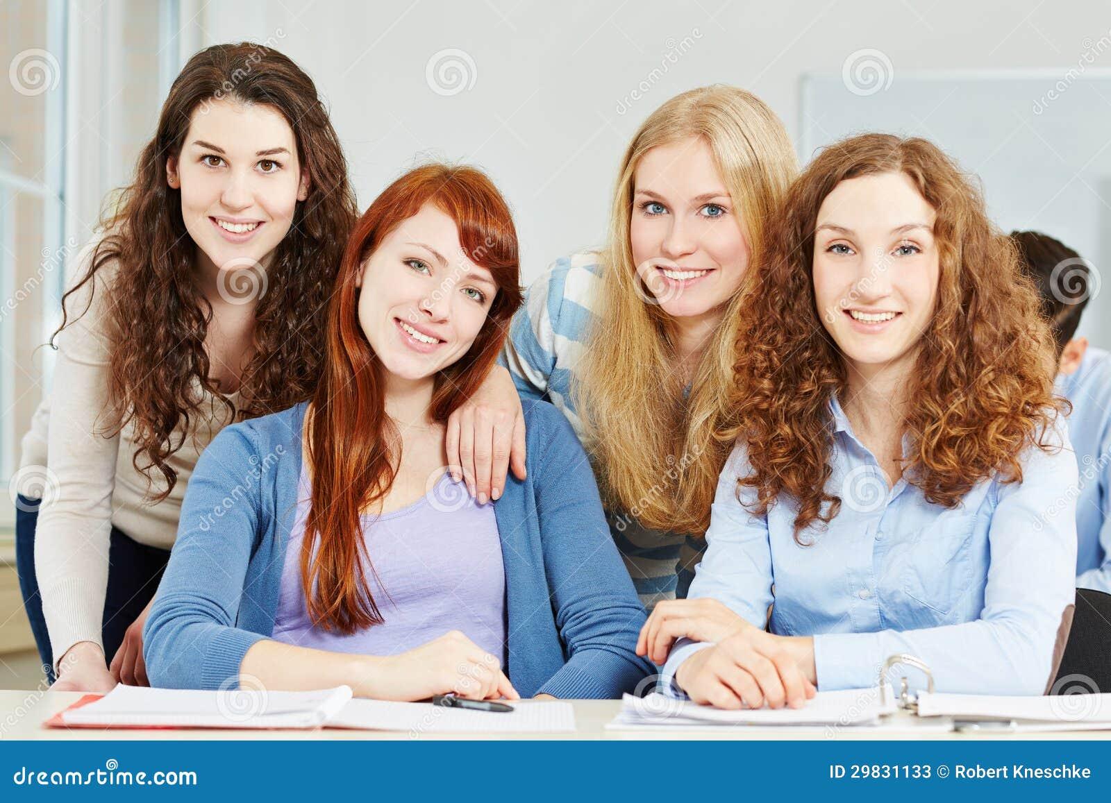 Adolescente de quatro fêmeas na escola