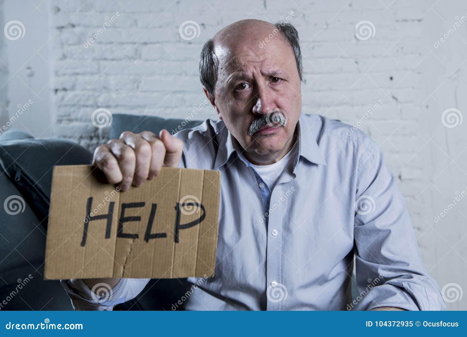 Retrato do ancião maduro superior em sua em casa dor sozinha do sentimento do sofá 60s e na depressão de sofrimento tristes e pre
