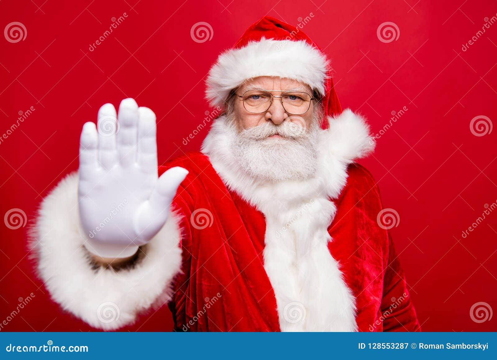 Retrato do avô olhando de sobrancelhas franzidas seguro sério à moda Santa