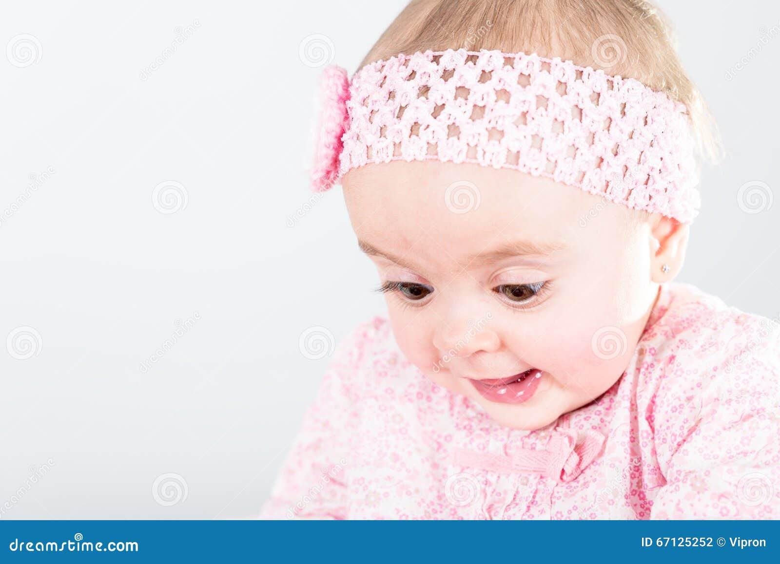 Retrato do bebê do bebê de um ano que está sendo surpreendido de sua descoberta