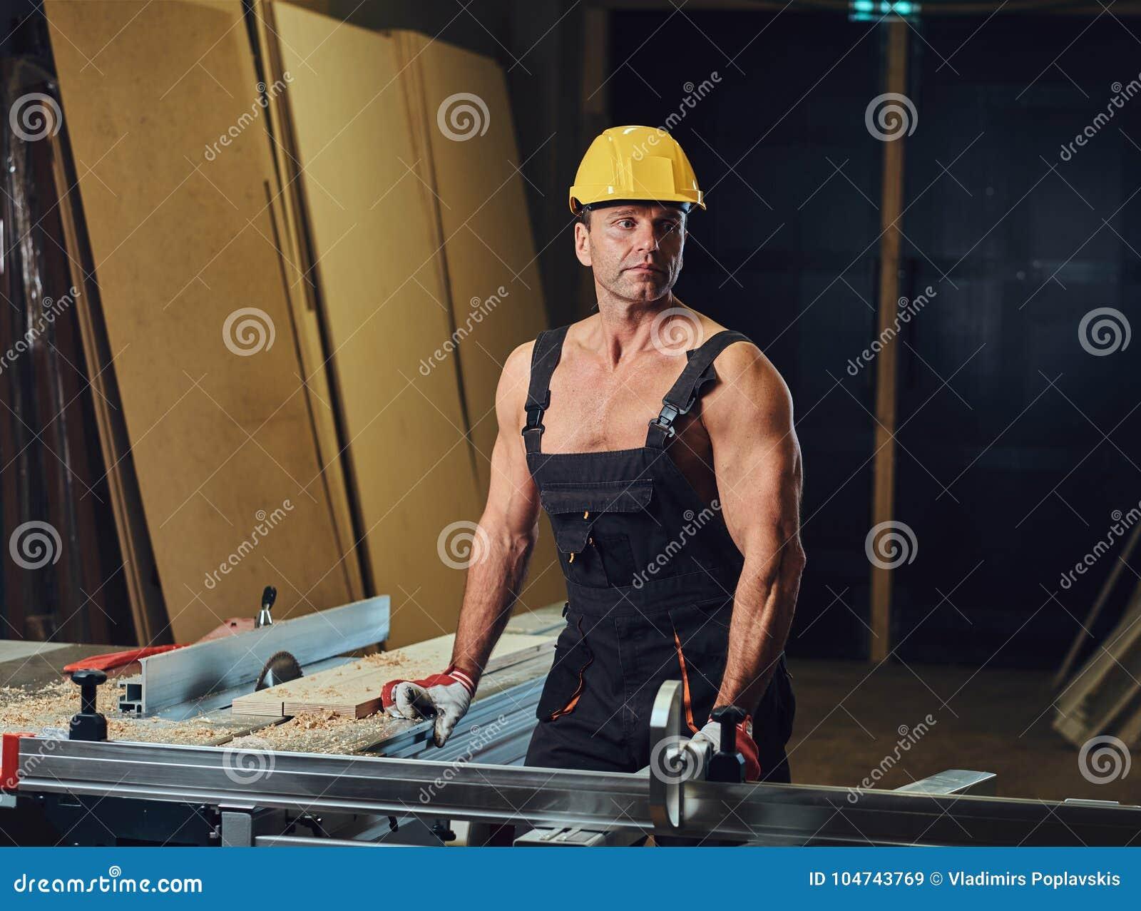Retrato do carpinteiro muscular descamisado