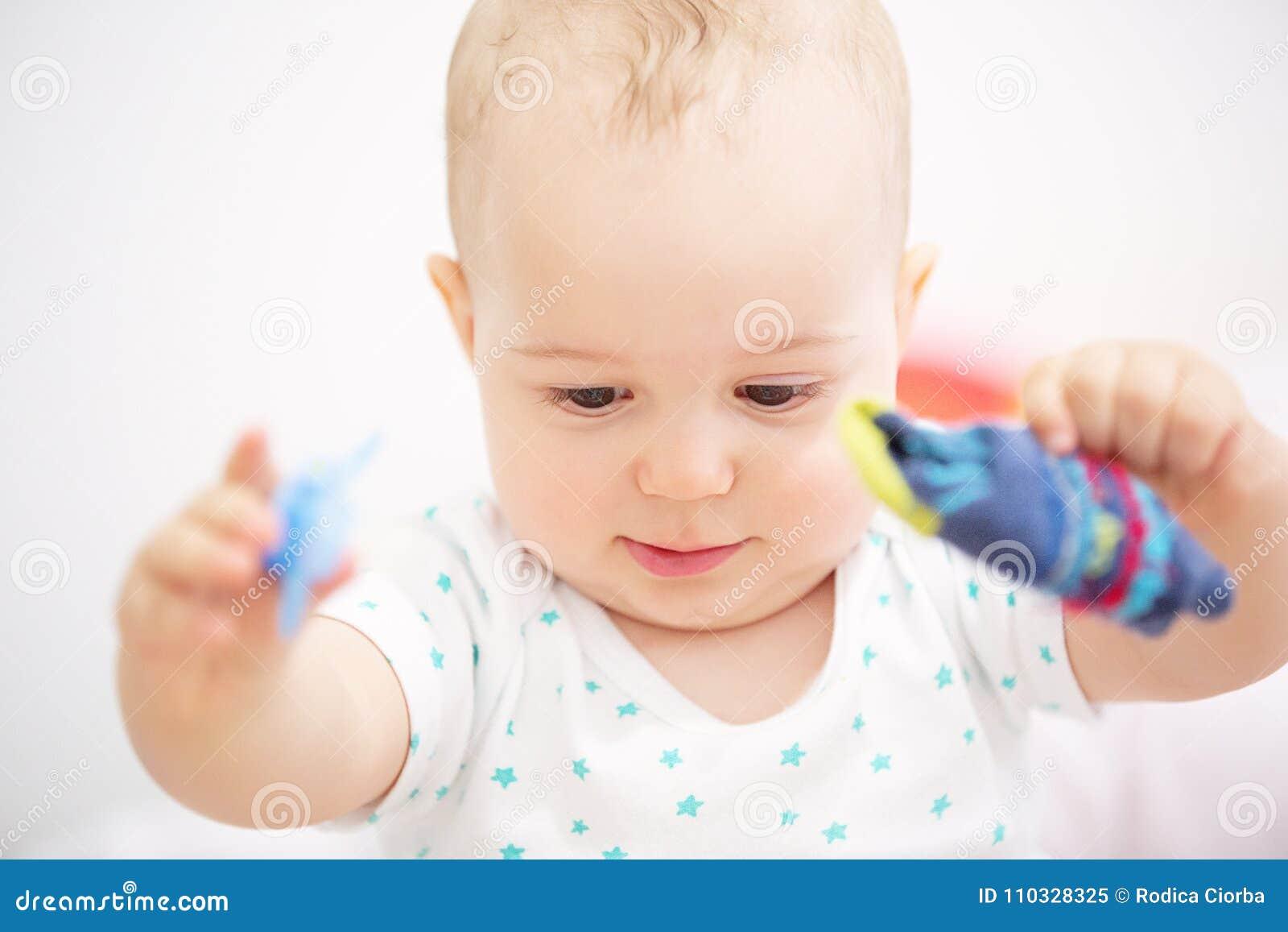 Retrato do close up da criança adorável isolado no fundo branco