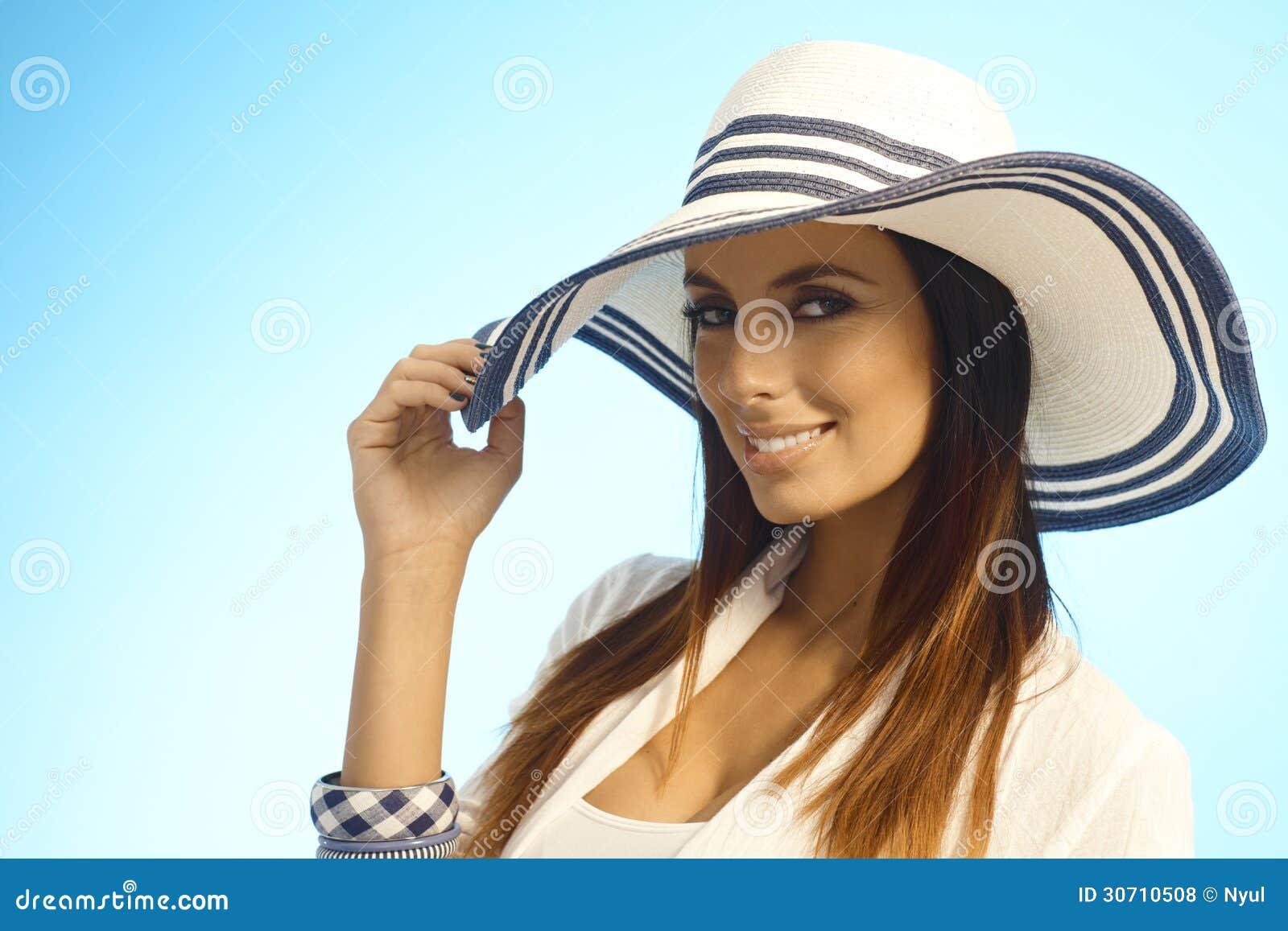 Retrato do close up da mulher elegante no chapéu de palha