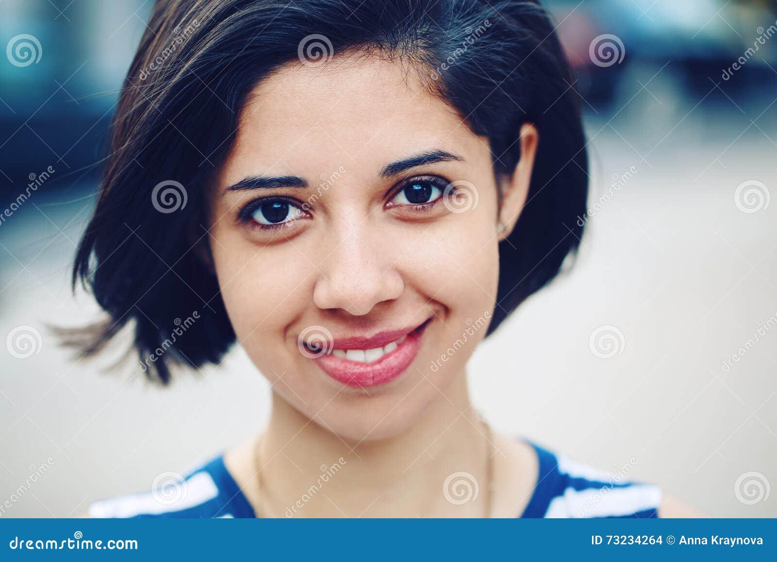 Retrato do close up da mulher latino-americano latin nova de sorriso bonita da menina com o prumo escuro curto do cabelo preto