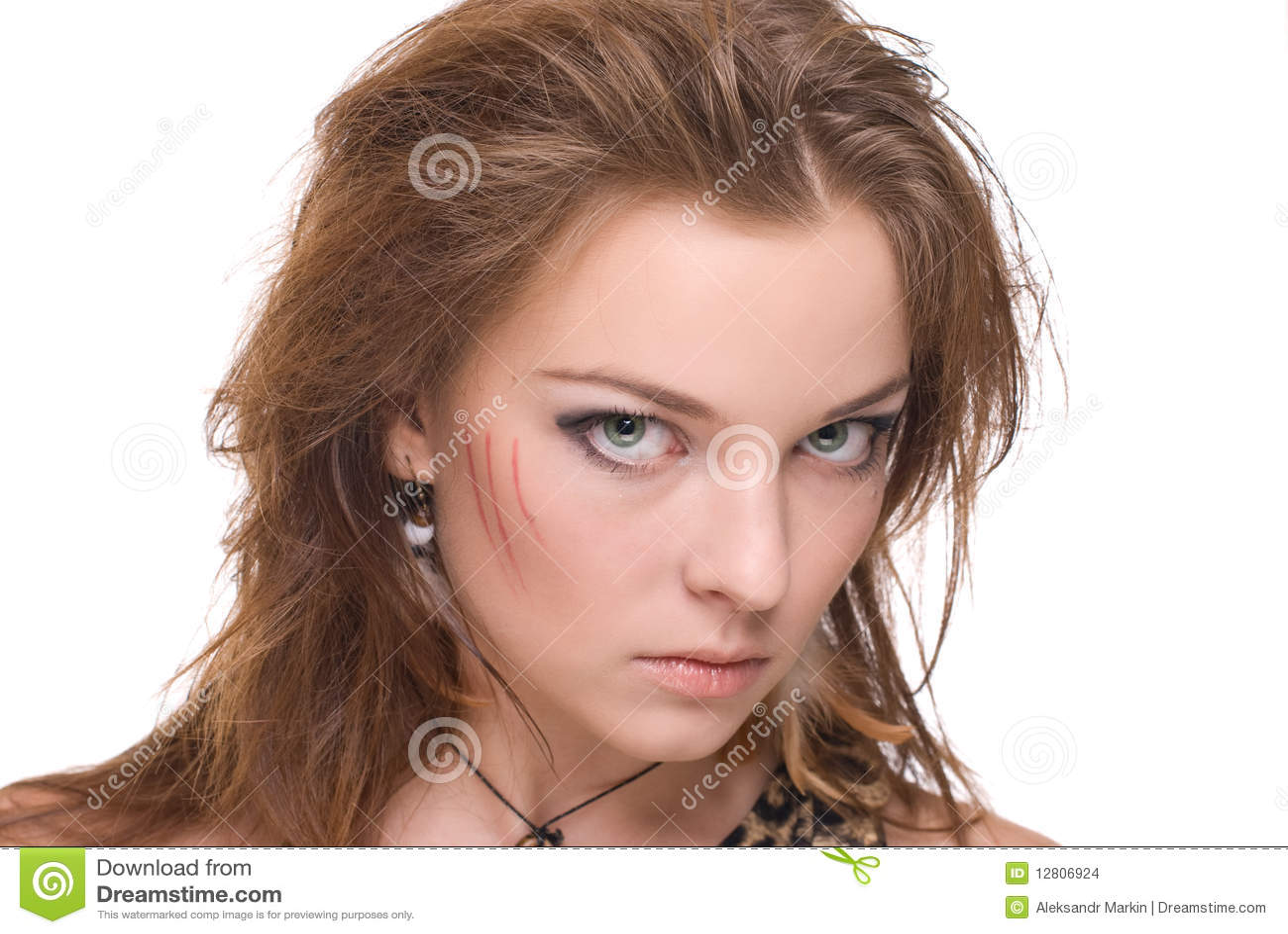 Retrato do close up da mulher selvagem emocional nova