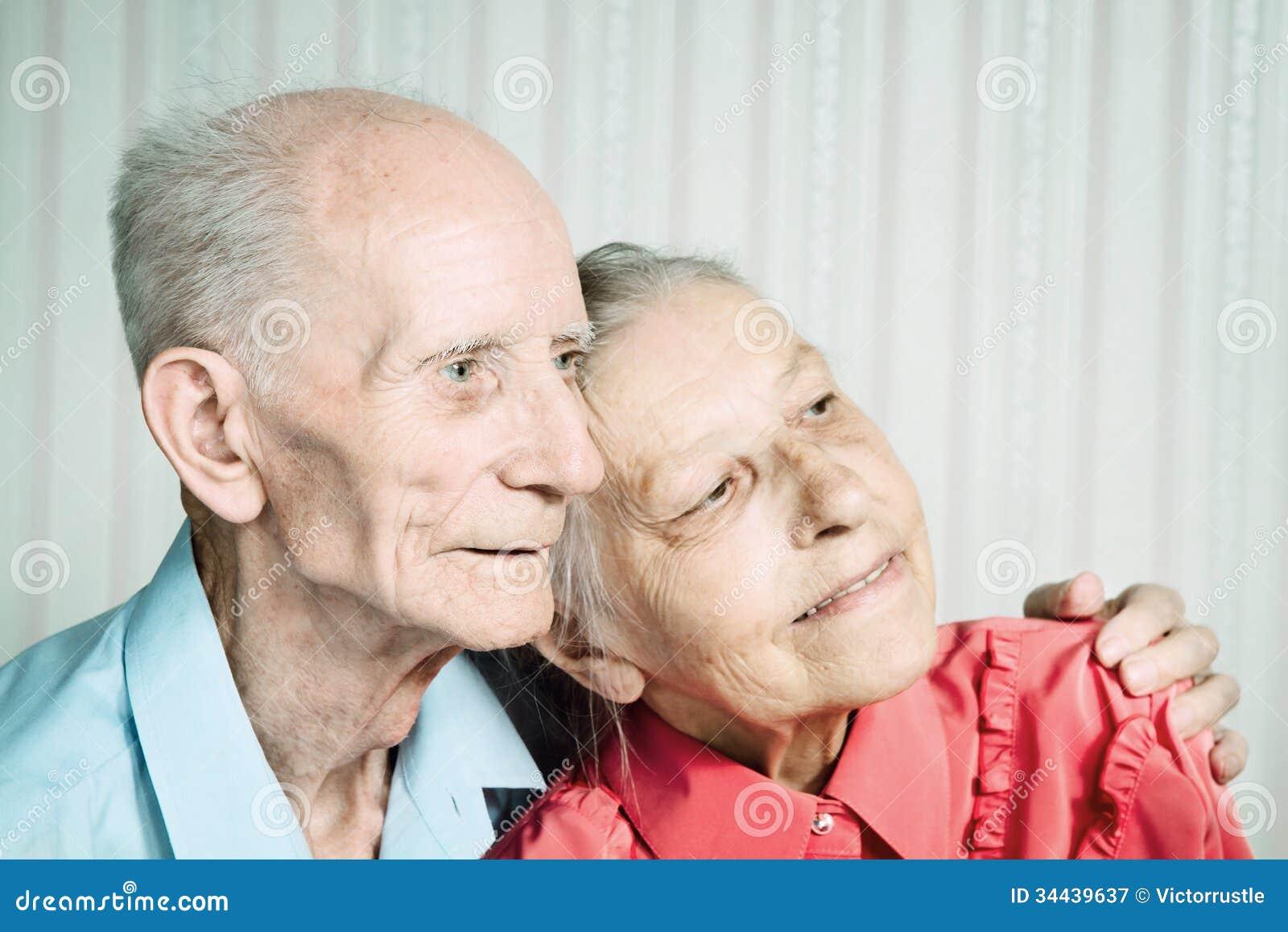 Retrato do close up de pares idosos de sorriso