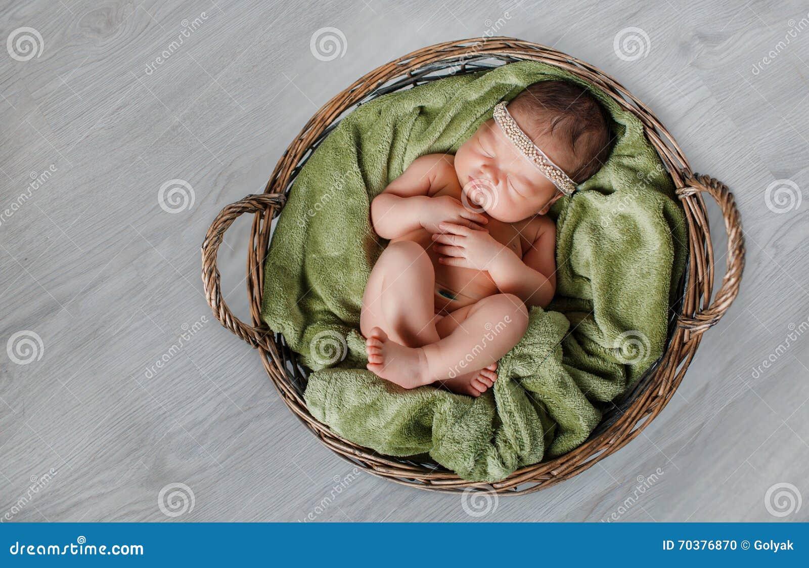 Retrato do close-up de um bebê de sono