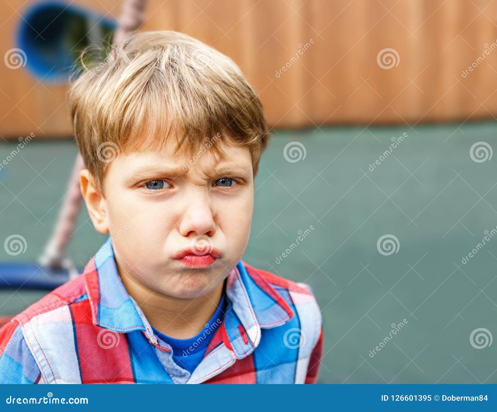 Retrato do close up de um bebê que faz uma cara engraçada