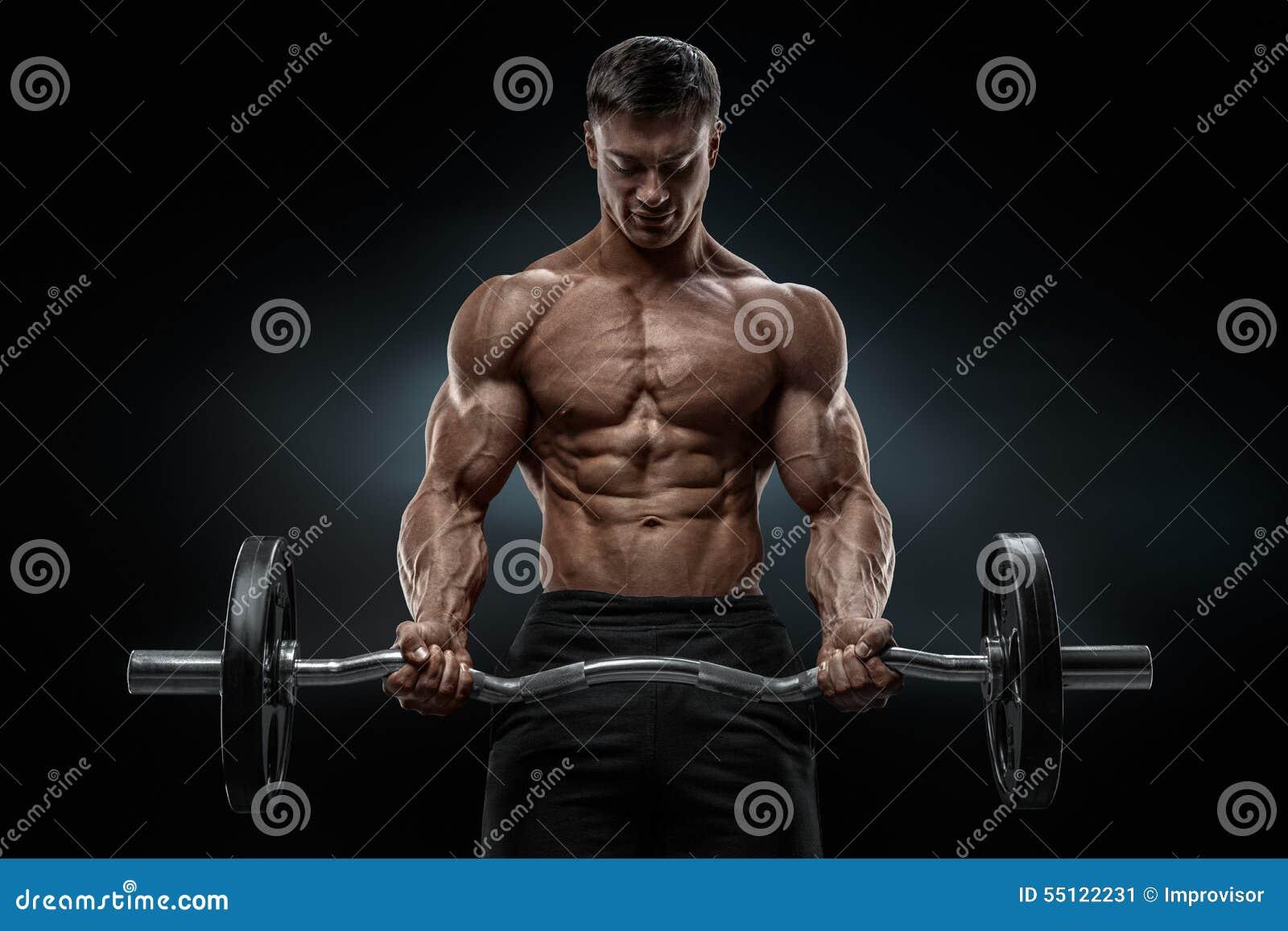 Retrato do close up de um exercício muscular do homem com o barbell no gym