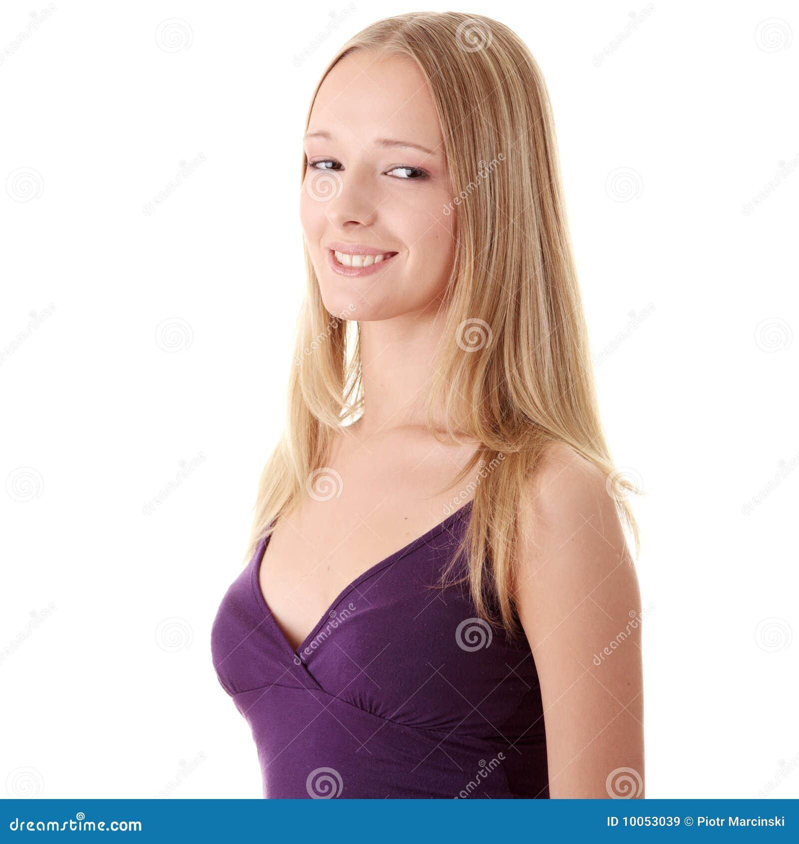 Retrato do close up de uma mulher nova feliz