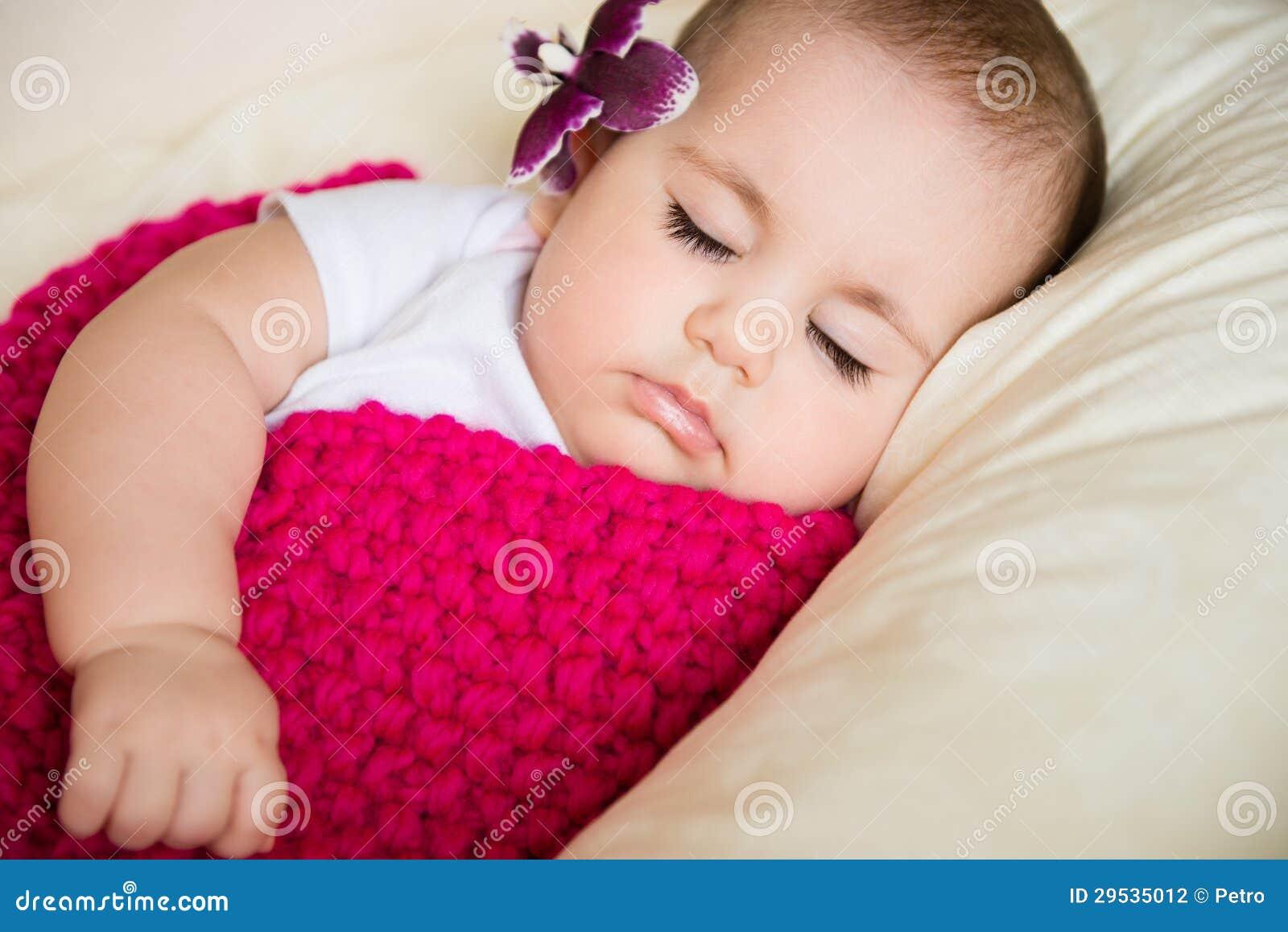 Retrato do close up do bebê de sono