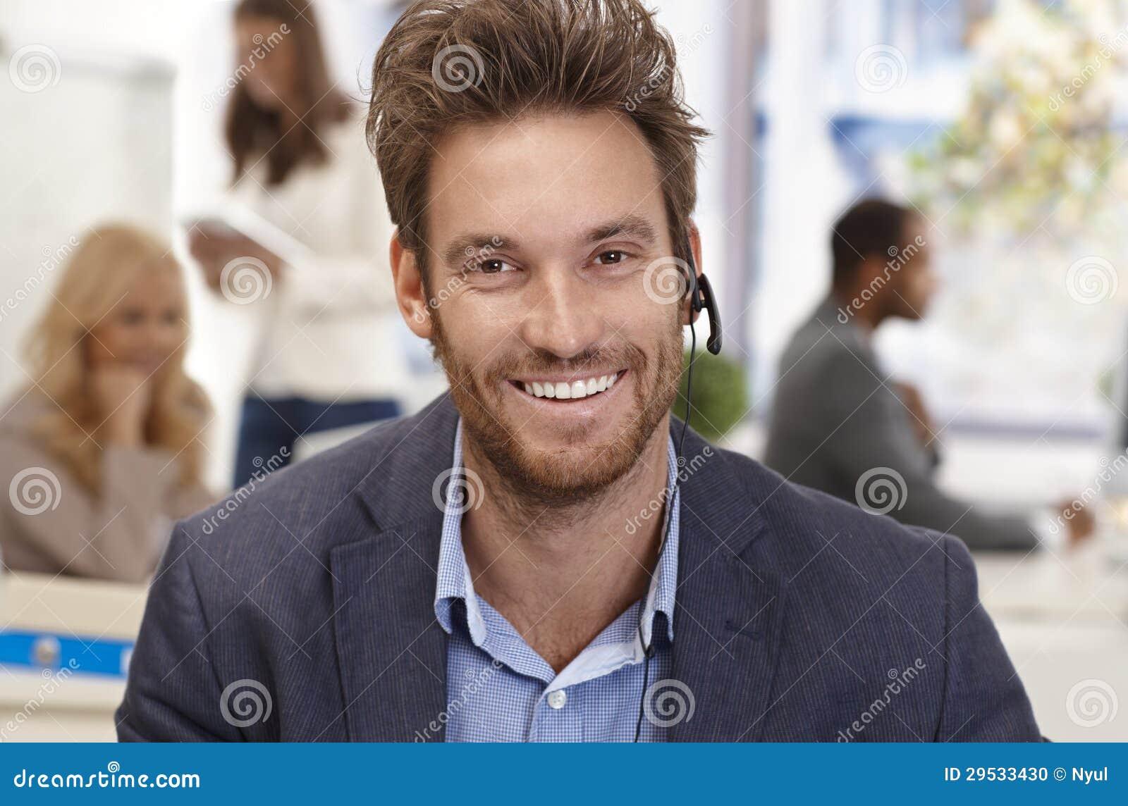 Retrato do close up do expedidor masculino feliz