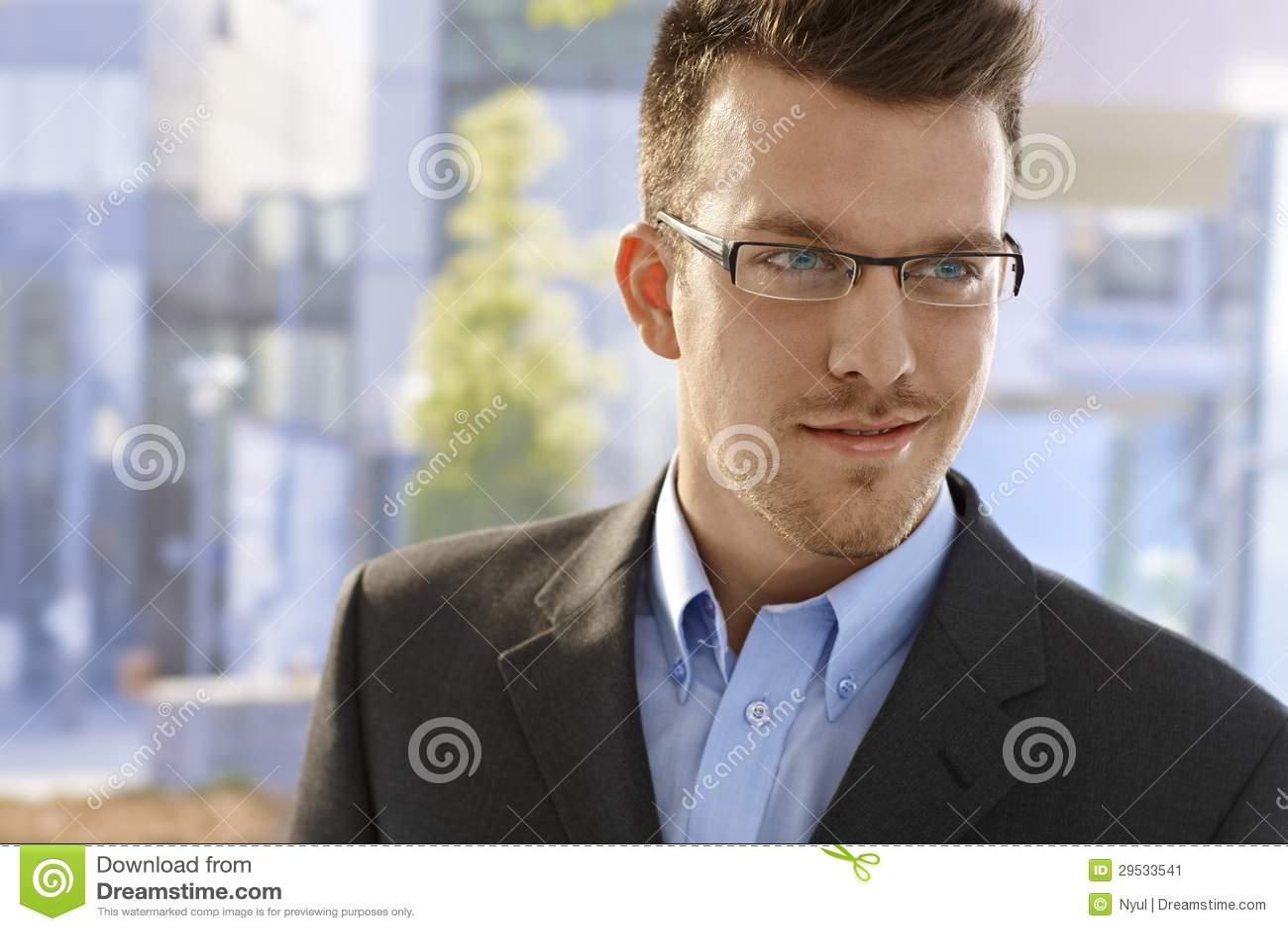 Retrato do close up do homem novo