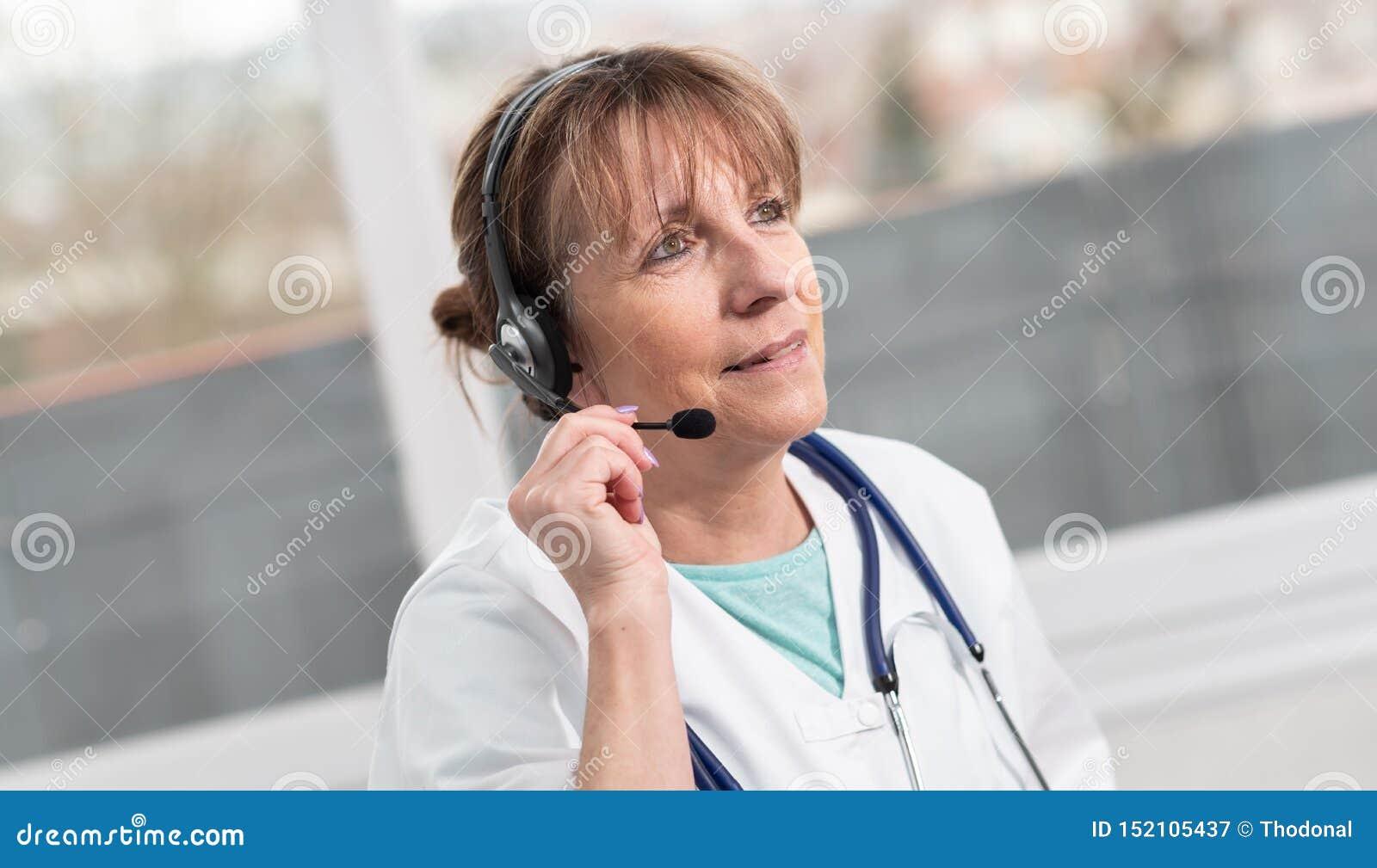 Retrato do doutor f?mea durante a consulta m?dica em linha