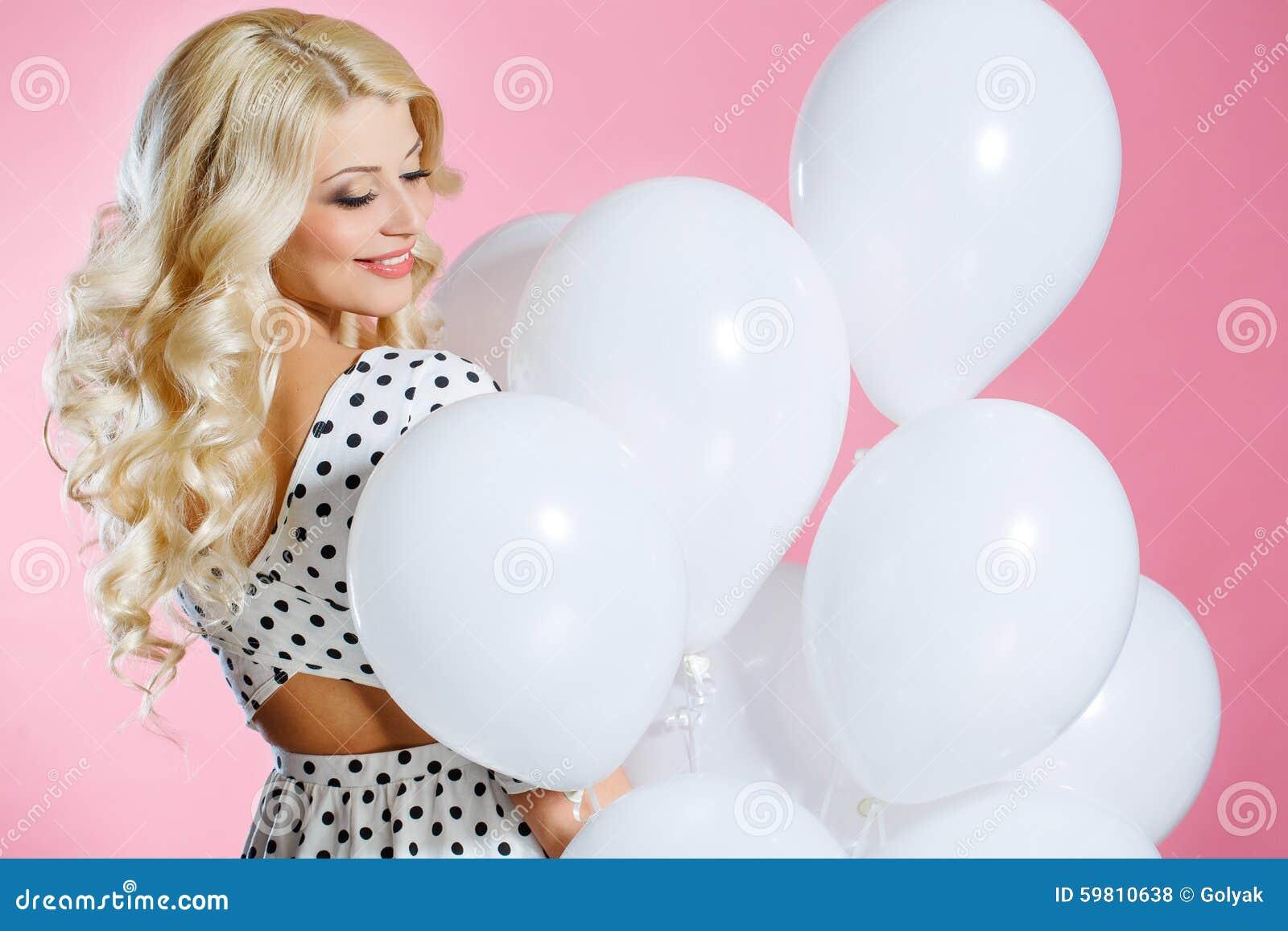 Retrato do estúdio da mulher bonita com balões