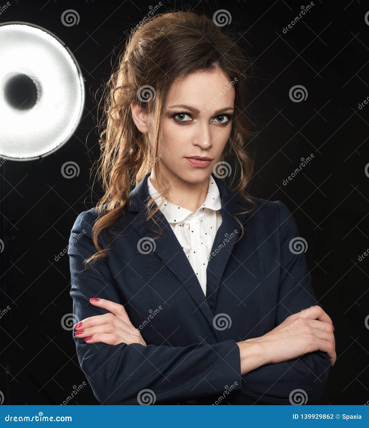 Retrato do estúdio de uma mulher bonita com cabelo encaracolado