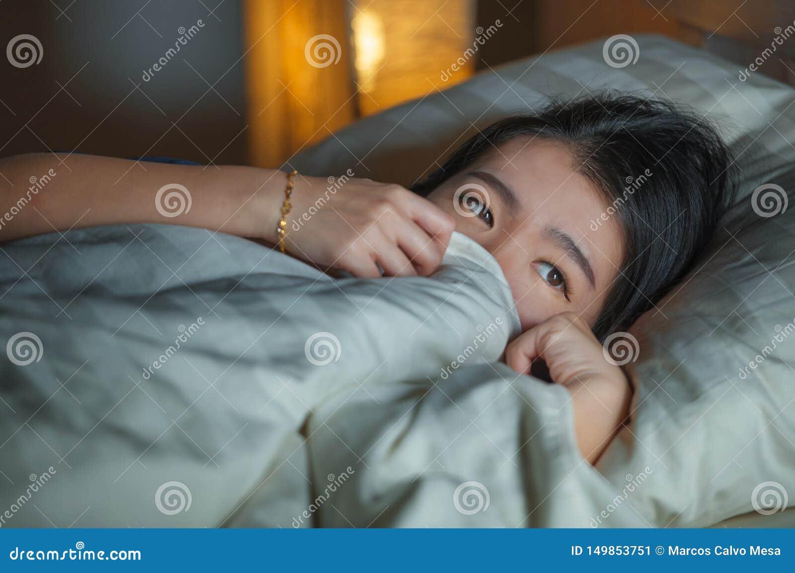 Retrato do estilo de vida da casa da mulher chinesa asiática triste e deprimida bonita nova acordada na crise de sofrimento tardi