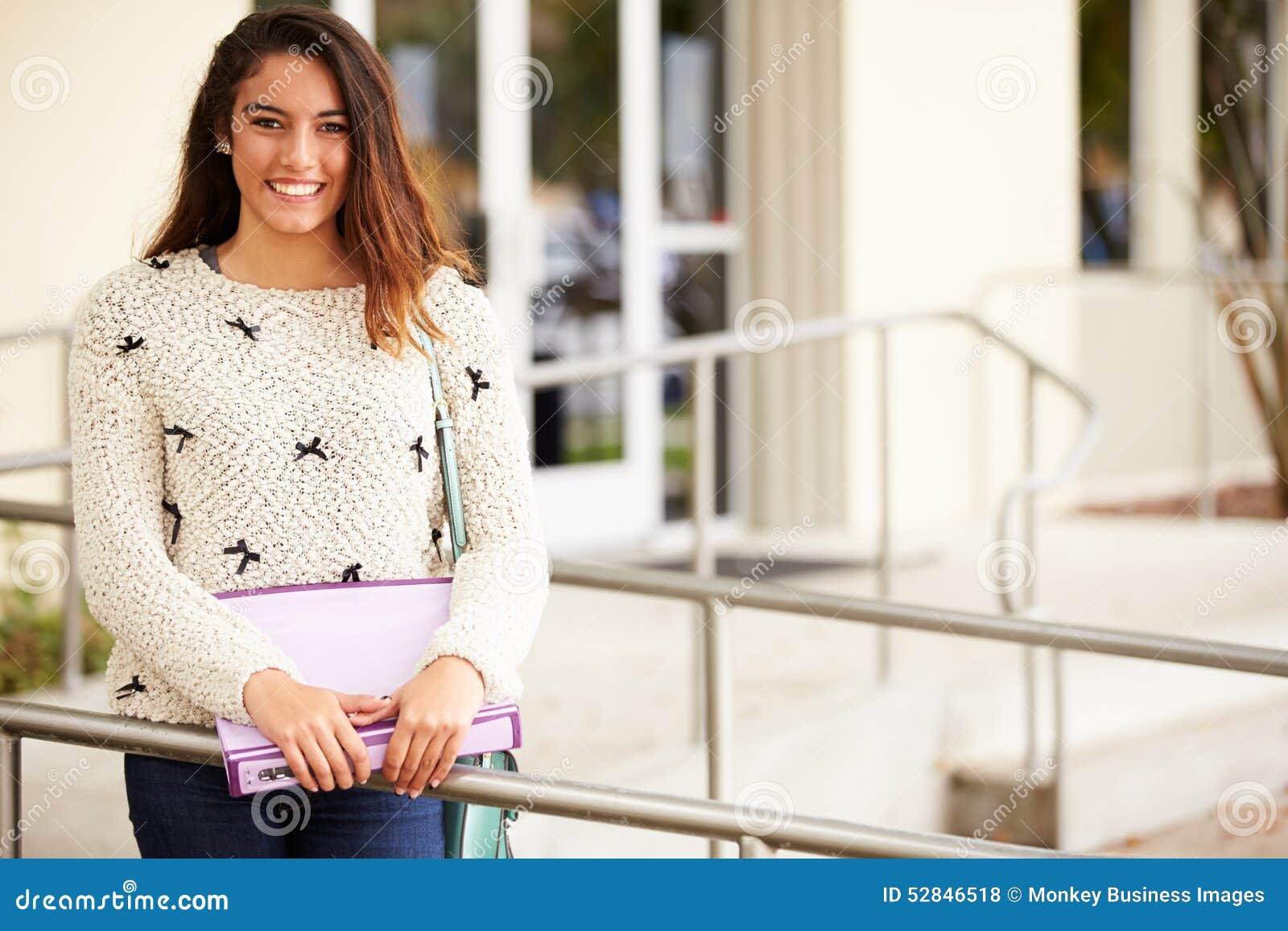 Retrato do estudante fêmea Outdoors da High School