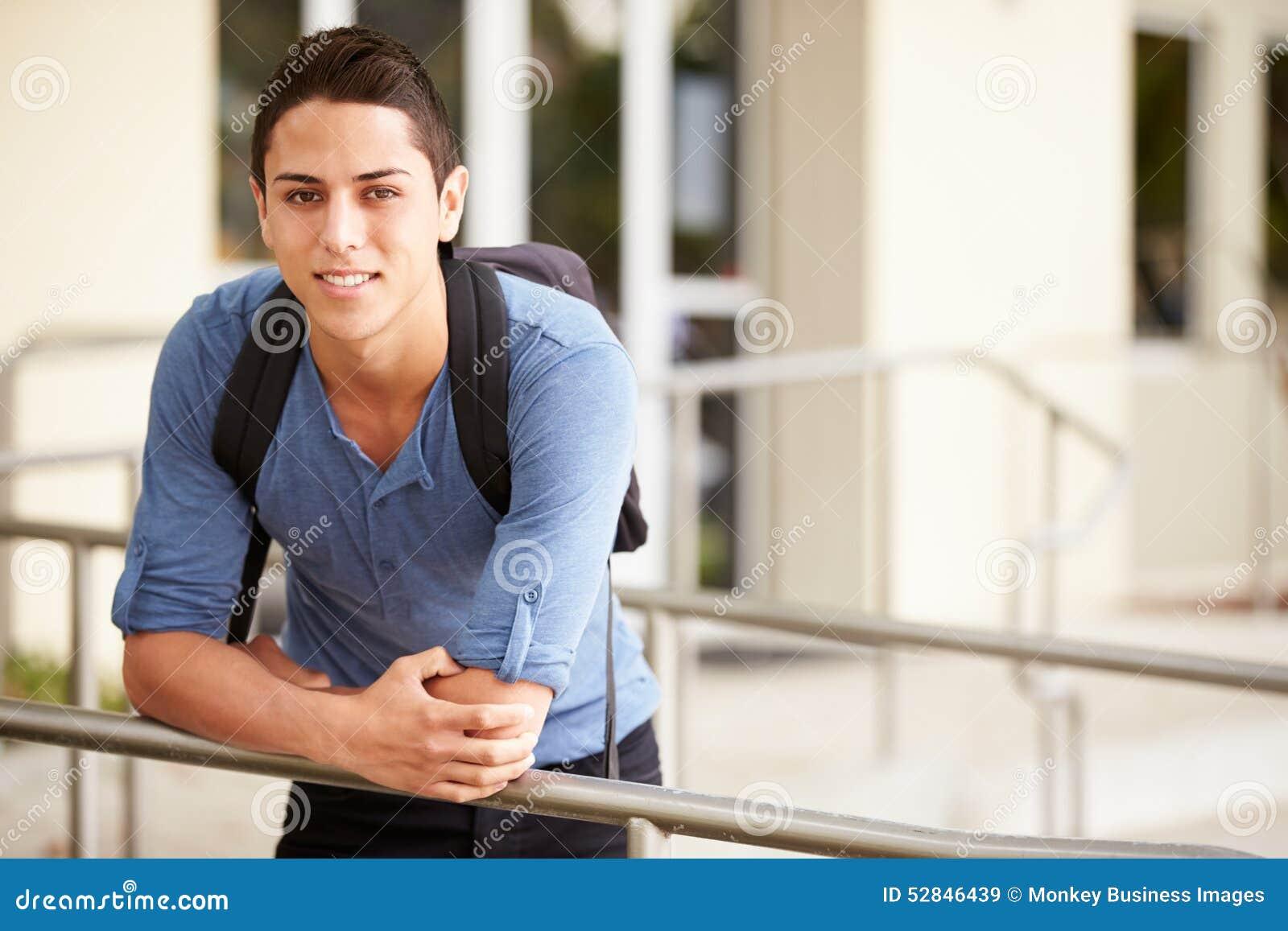 Retrato do estudante masculino Outdoors da High School