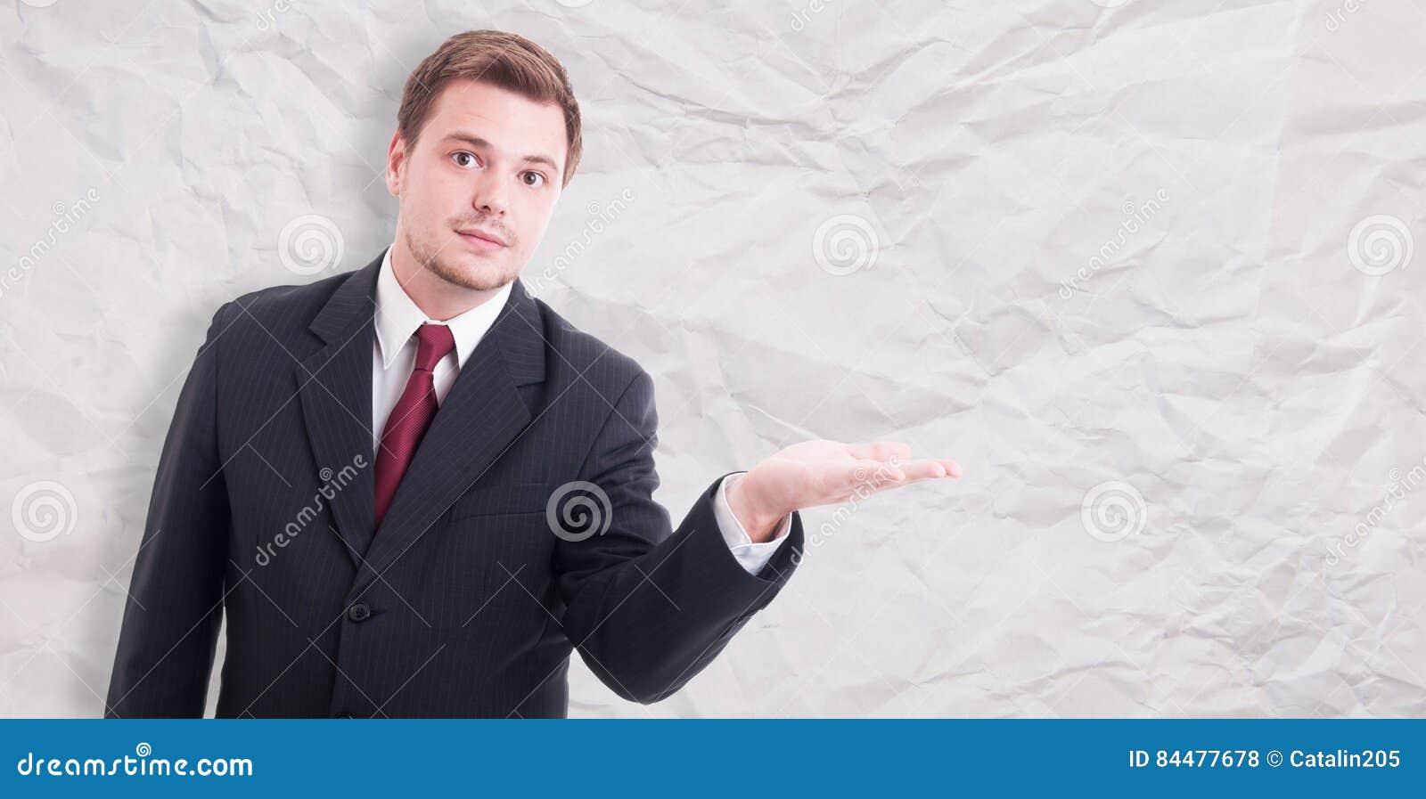 Retrato do executivo masculino que introduz algo